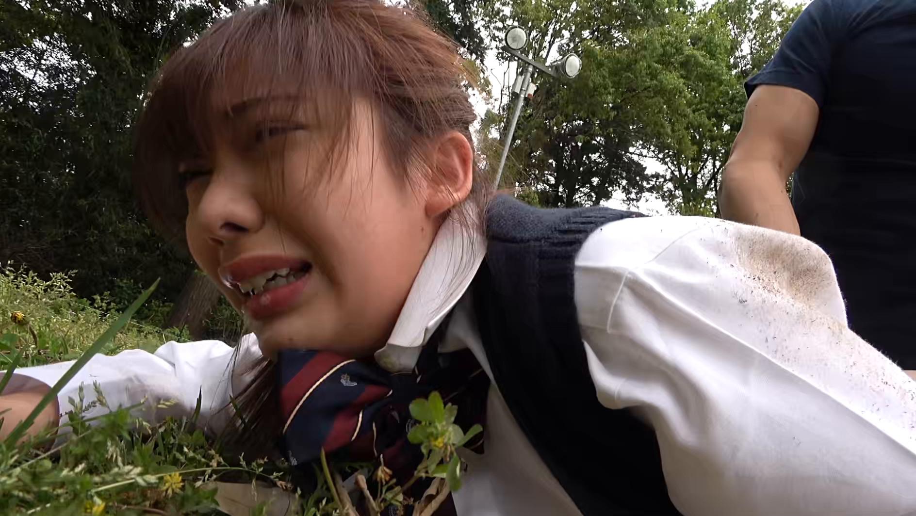 帰宅途中の女子〇生を狙った尾行鬼畜野外レイプ映像 画像3