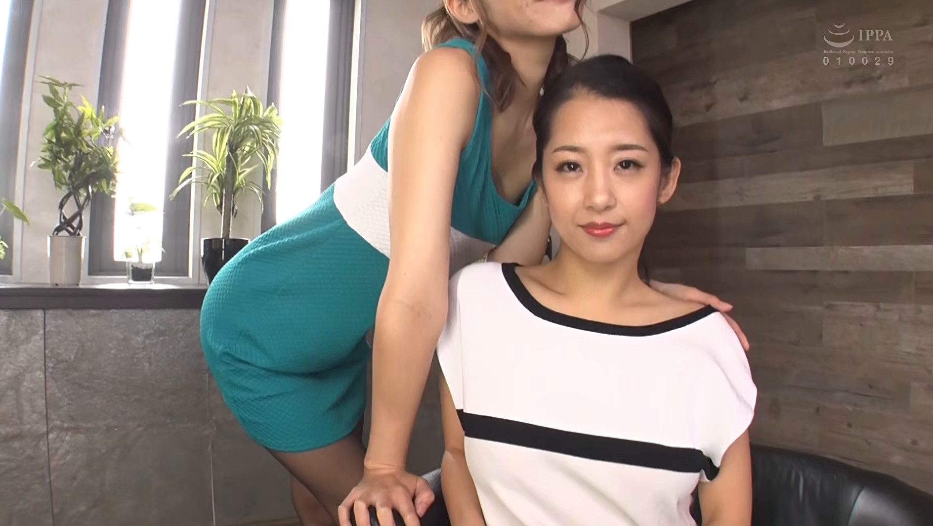 両手使って雑巾絞り手コキされながら乳首舐めて愛撫され続ける《乳首舐め手こき》の2倍気持ち良い3P性感 画像1