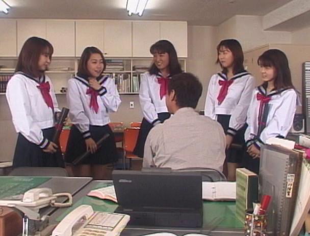 卒業 制服の中で彩づく蕾 カワイイ女子校生たちと美人女教師はヌレ溺れる! 画像1