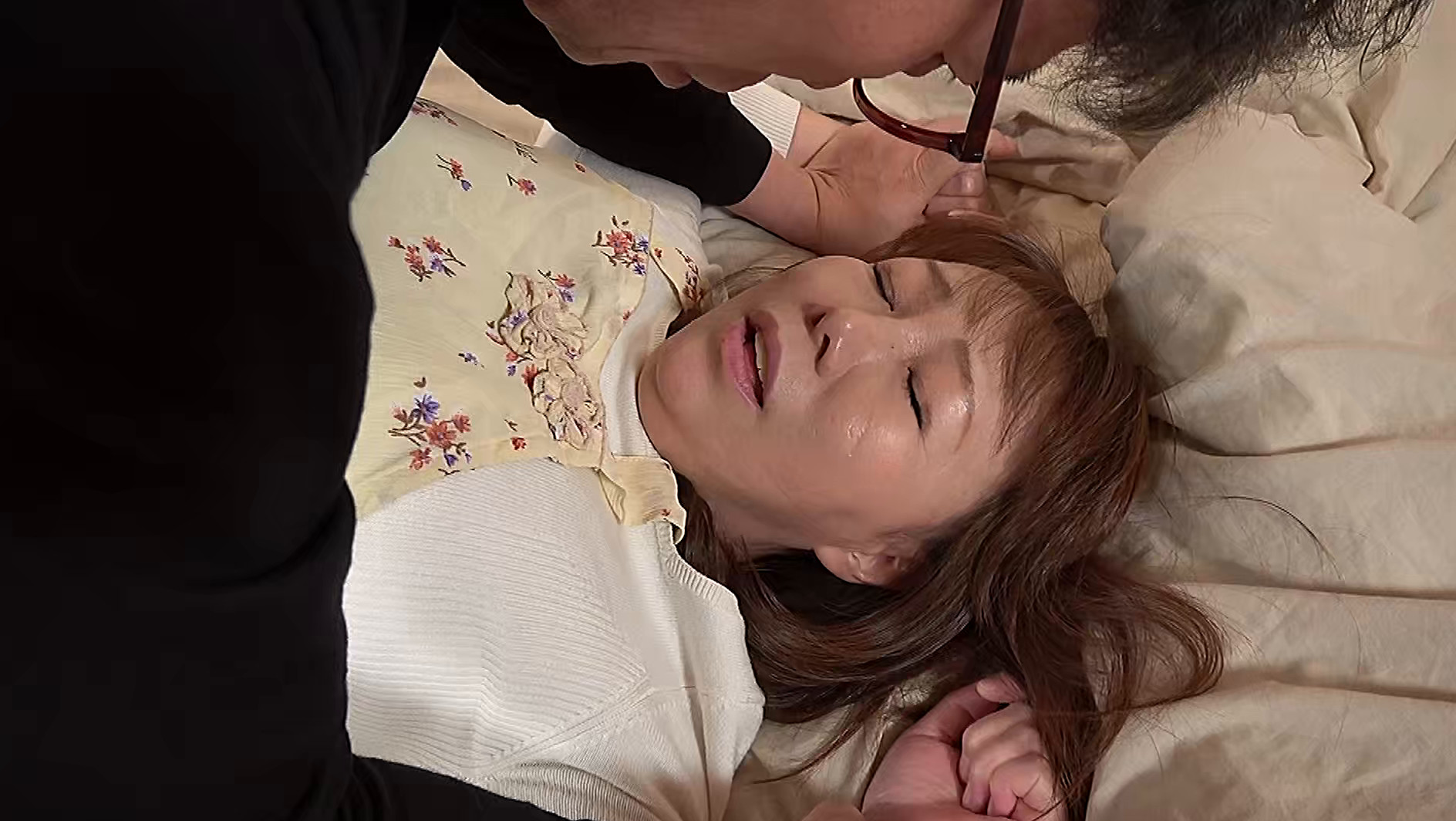 熟妻 五十路家政婦は雇われた主人の餌食になる 喪服妻は葬式当日の朝、義弟に襲われる 画像5