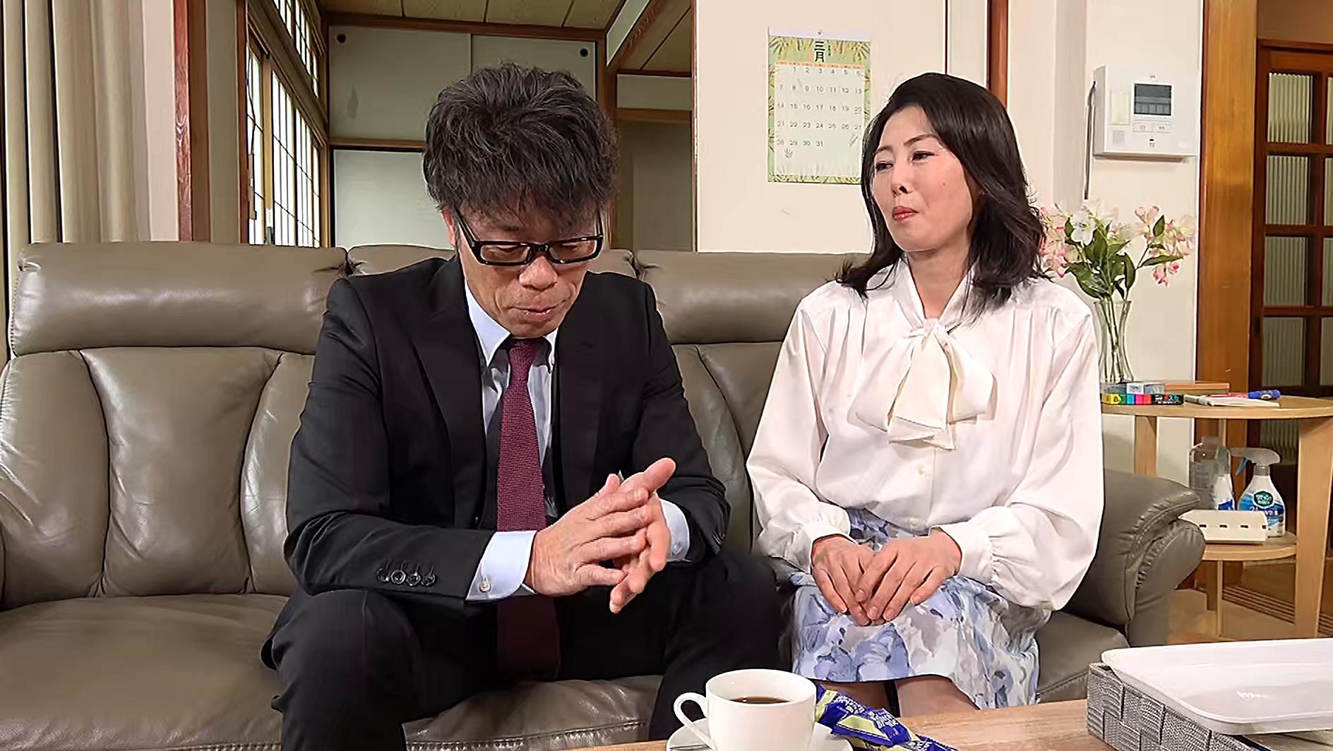 熟妻 夫の誘いは拒絶するのに夫の上司には股を開く五十路妻 息子のイジメ問題で生活指導の先生は母親を脅し中出し! 画像2