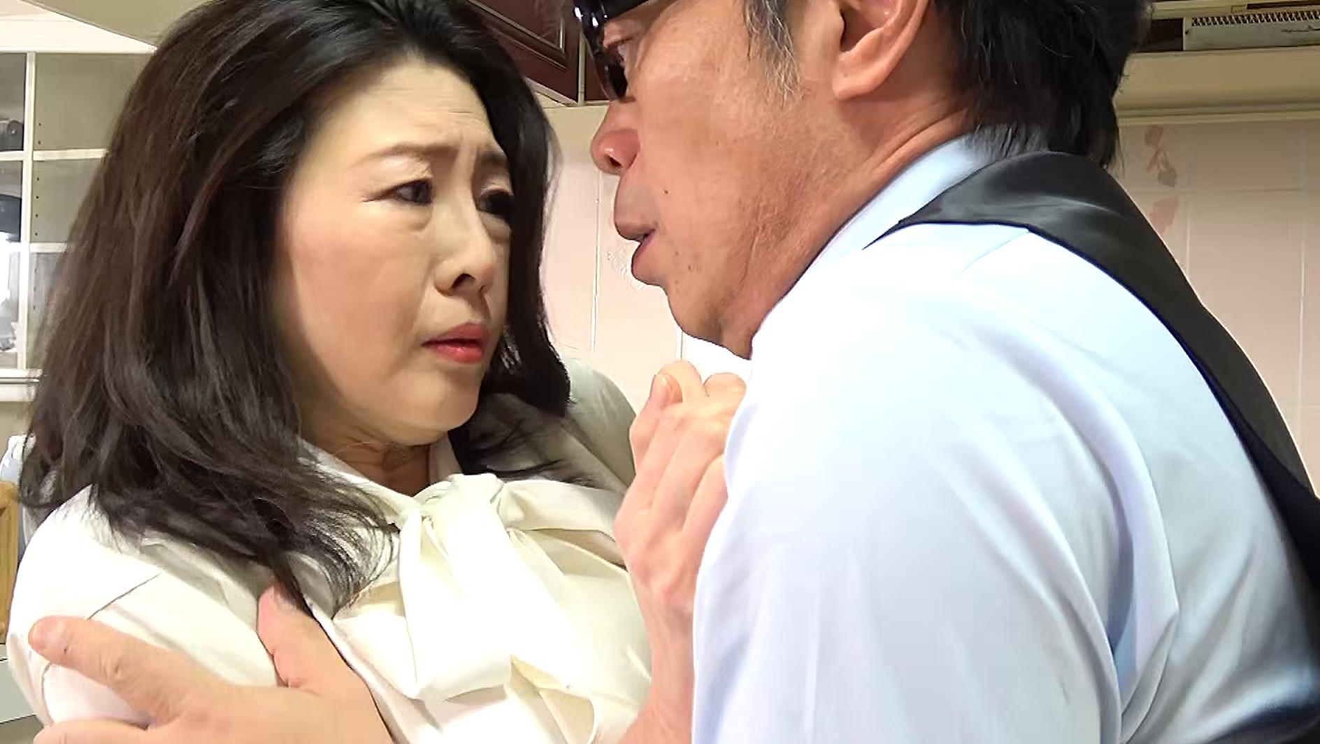 熟妻 夫の誘いは拒絶するのに夫の上司には股を開く五十路妻 息子のイジメ問題で生活指導の先生は母親を脅し中出し! 画像4