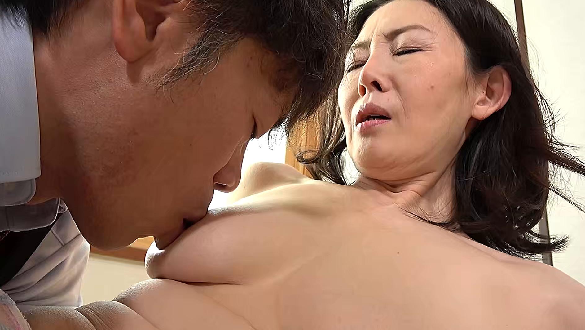 熟妻 夫の誘いは拒絶するのに夫の上司には股を開く五十路妻 息子のイジメ問題で生活指導の先生は母親を脅し中出し! 画像10