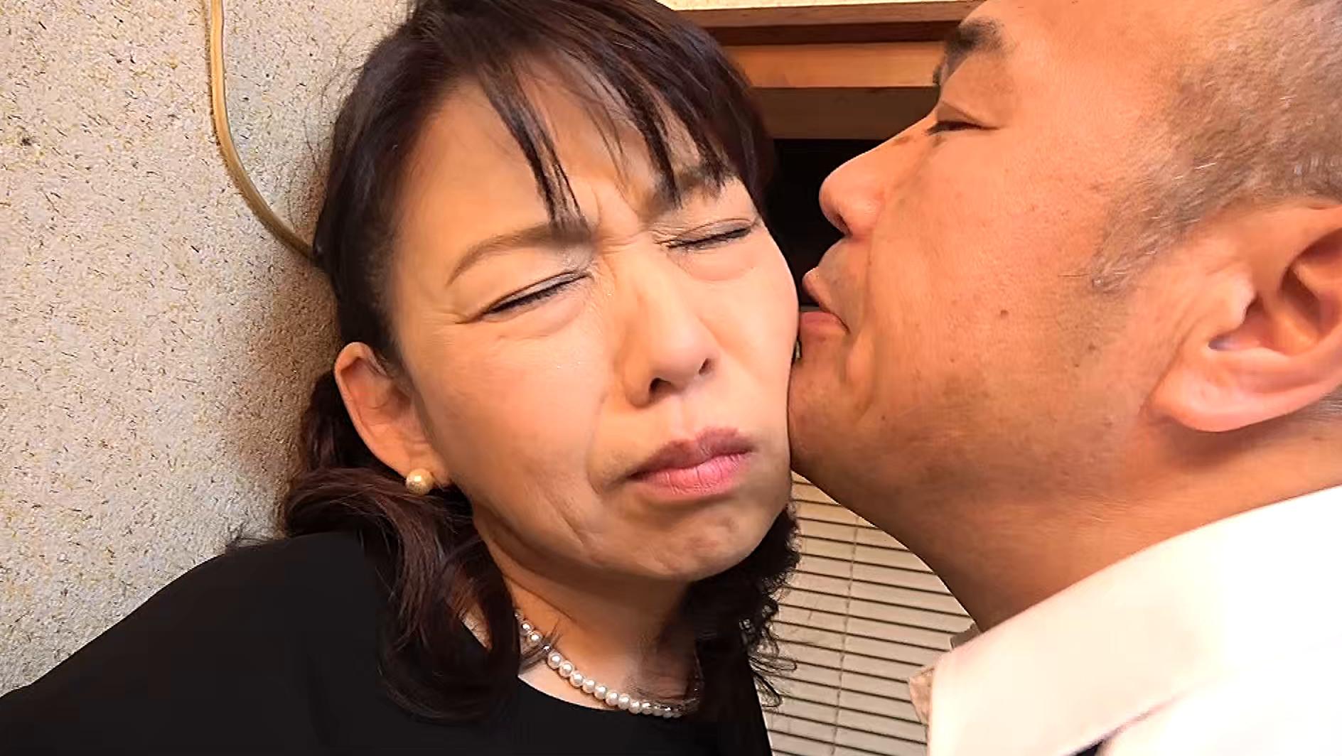 昭和猥褻官能ドラマ 葬式の夜、義兄に襲われた五十路の喪服未亡人 往診に来た医者に人妻は陰部をイジられ・・・