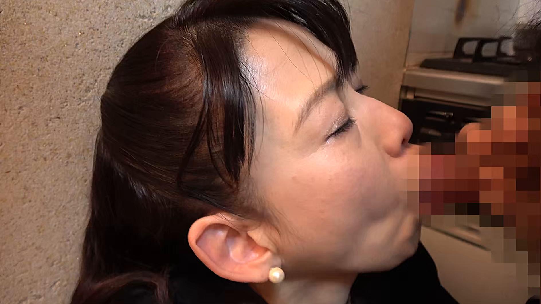 昭和猥褻官能ドラマ 葬式の夜、義兄に襲われた五十路の喪服未亡人 往診に来た医者に人妻は陰部をイジられ・・・ 画像4