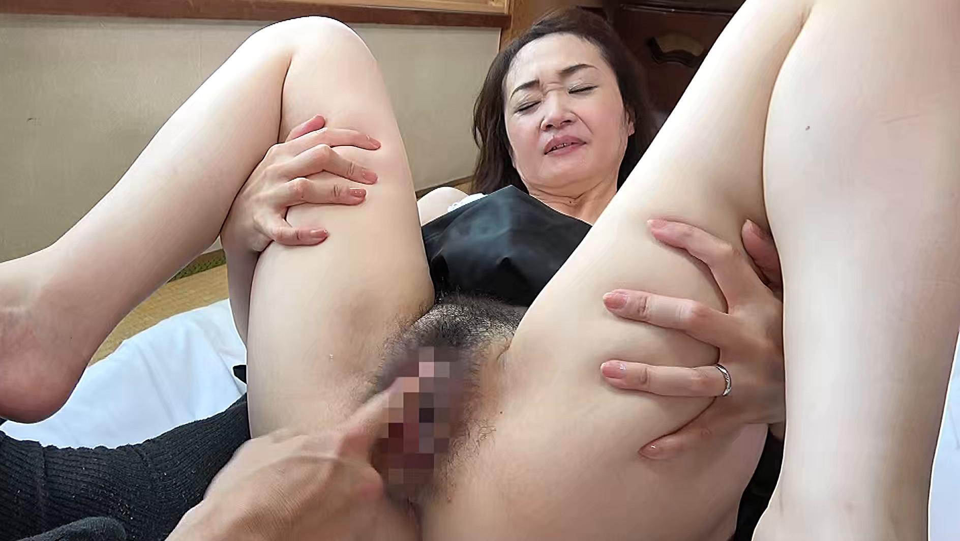 熟妻 夫の上司に体を弄ばれた清純妻 パソコンサービスの男に恥部をしつこく舐められた五十路妻 画像21