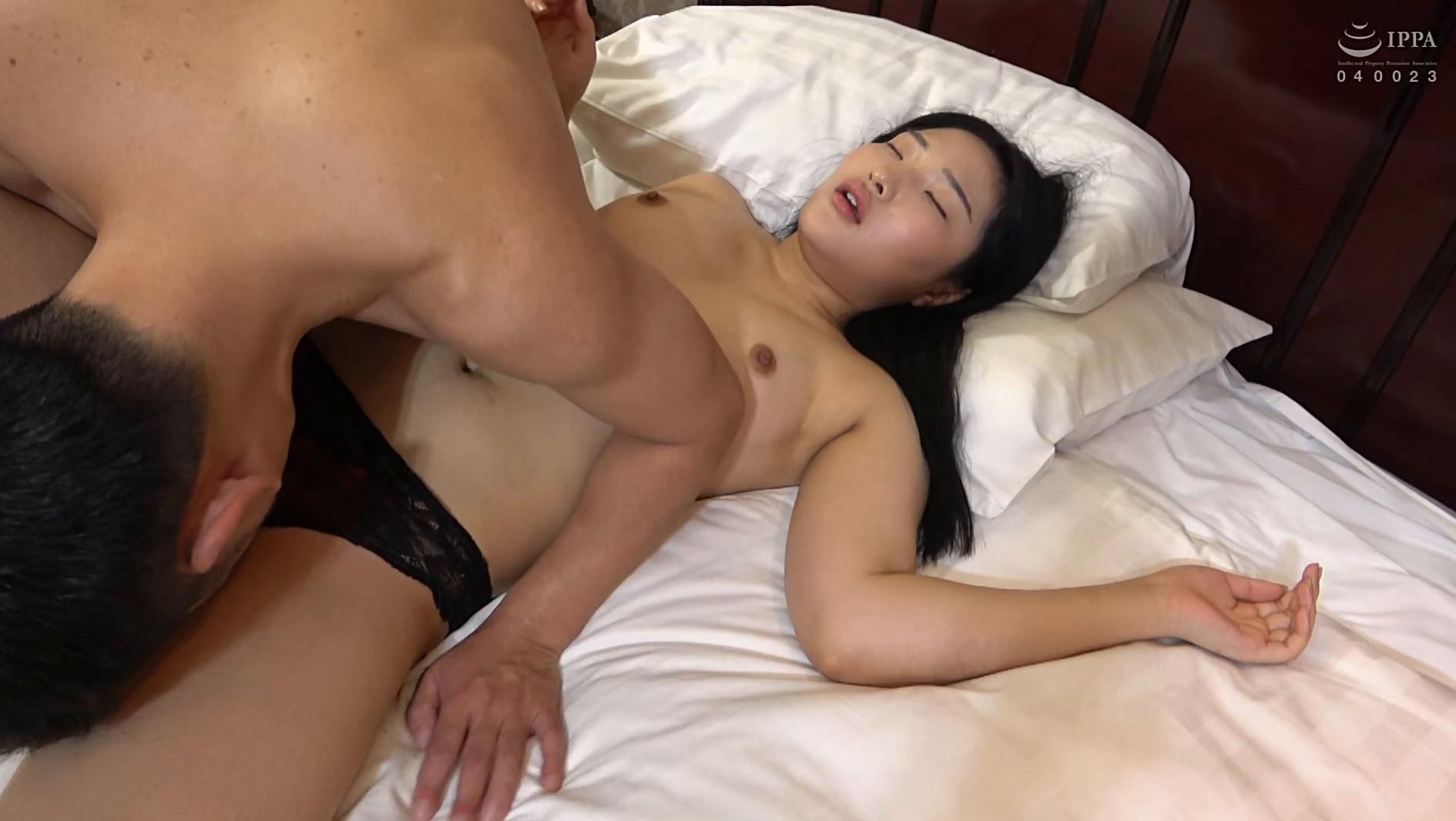 韓国で見つけた彼女。不思議系で地味な彼女は、執拗な責めと羞恥プレイでアクメ顔を晒しながらチ●ポをしゃぶる!アイドル級のビジュアルとスタイル抜群のカラダをハメ倒す! アラン&ヨルン 画像19