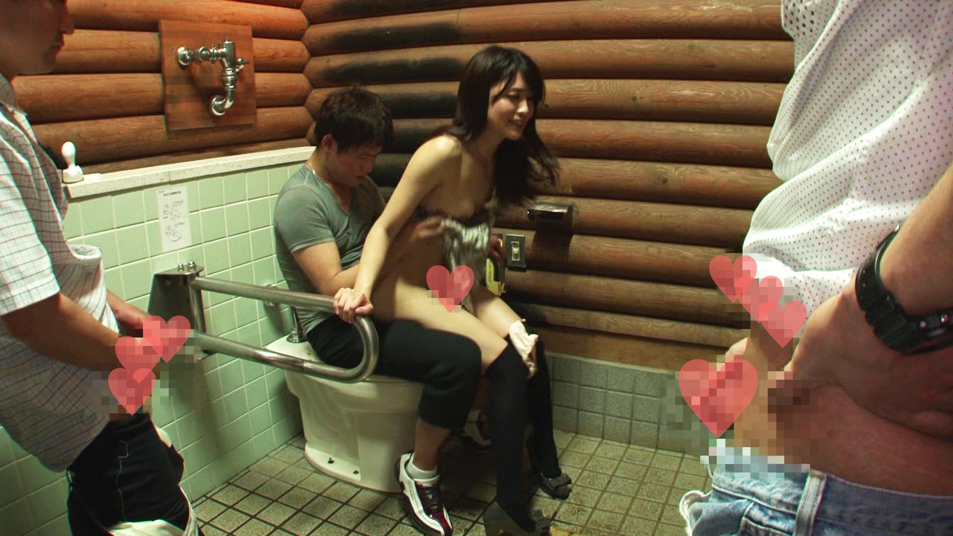 夫がいる身でありながら公衆トイレや車の中でヤラせてくれる若奥さんは生身のオモチャですっ!! 画像3