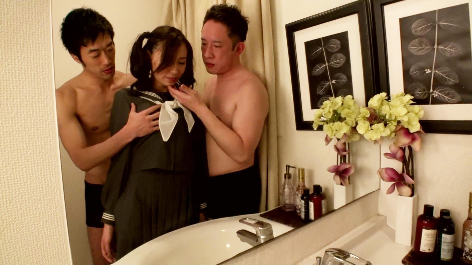 セーラー服を着せられた美熟女が手マンで潮吹き絶頂して顔面に大量男汁をぶっかけられる!