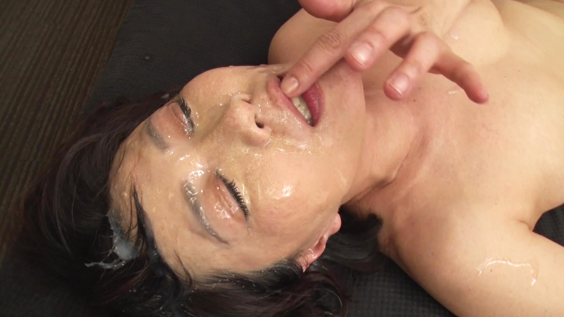 ハメられながら連続顔面シャワーで白く汚される妖艶熟女。粘液にまみれながら恍惚の表情を浮かべる・・・ 画像8