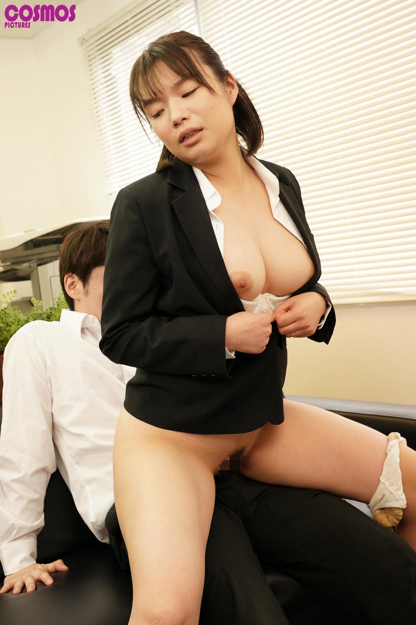 リクルートスーツがはちきれんばかりのデカ尻を面接官に視姦されている就活妻あおいさん(27)念願のおしり圧迫面接で満足 画像6