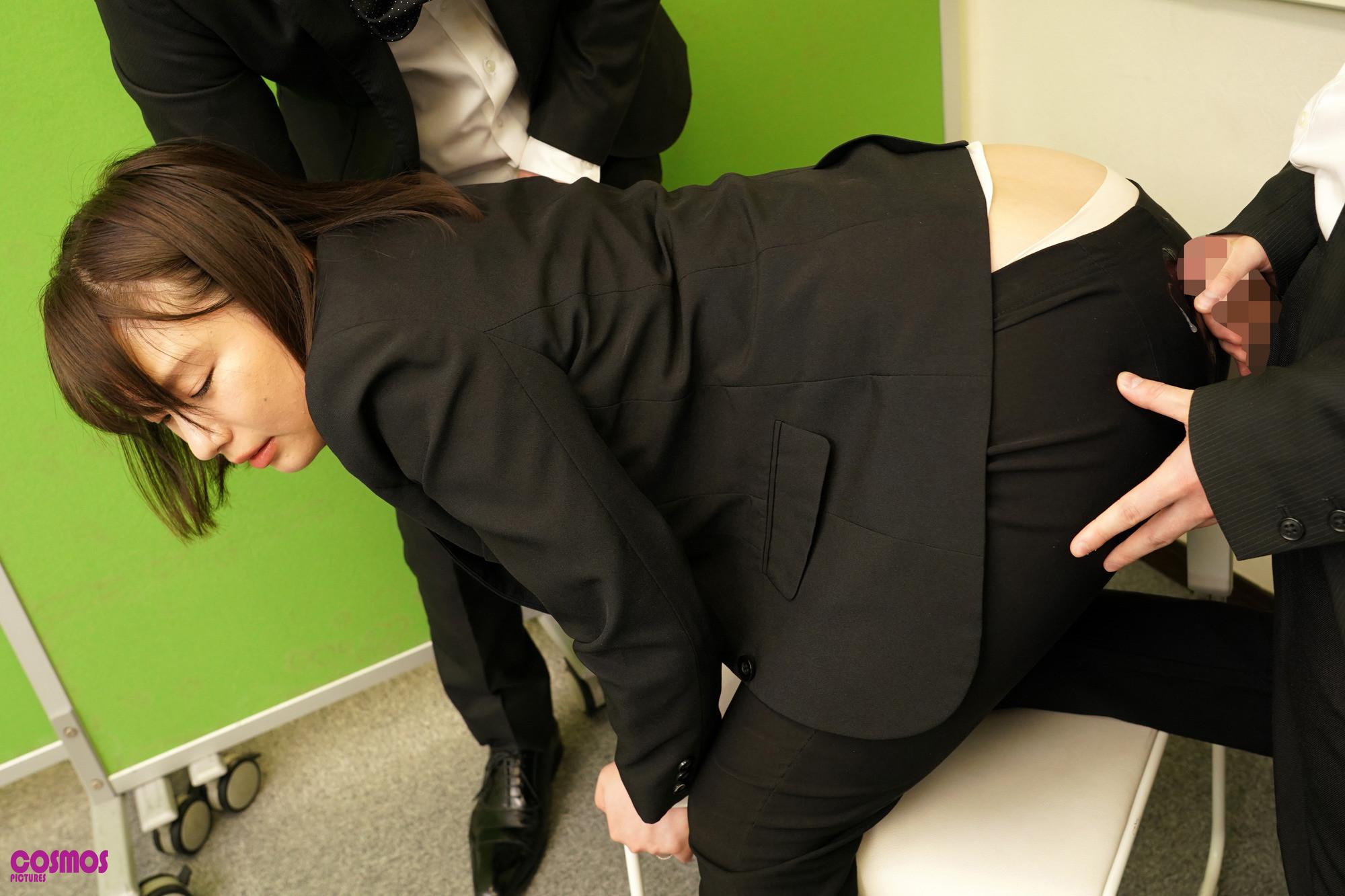 リクルートスーツがはちきれんばかりのデカ尻を面接官に視姦されている就活妻あおいさん(27)念願のおしり圧迫面接で満足 画像10