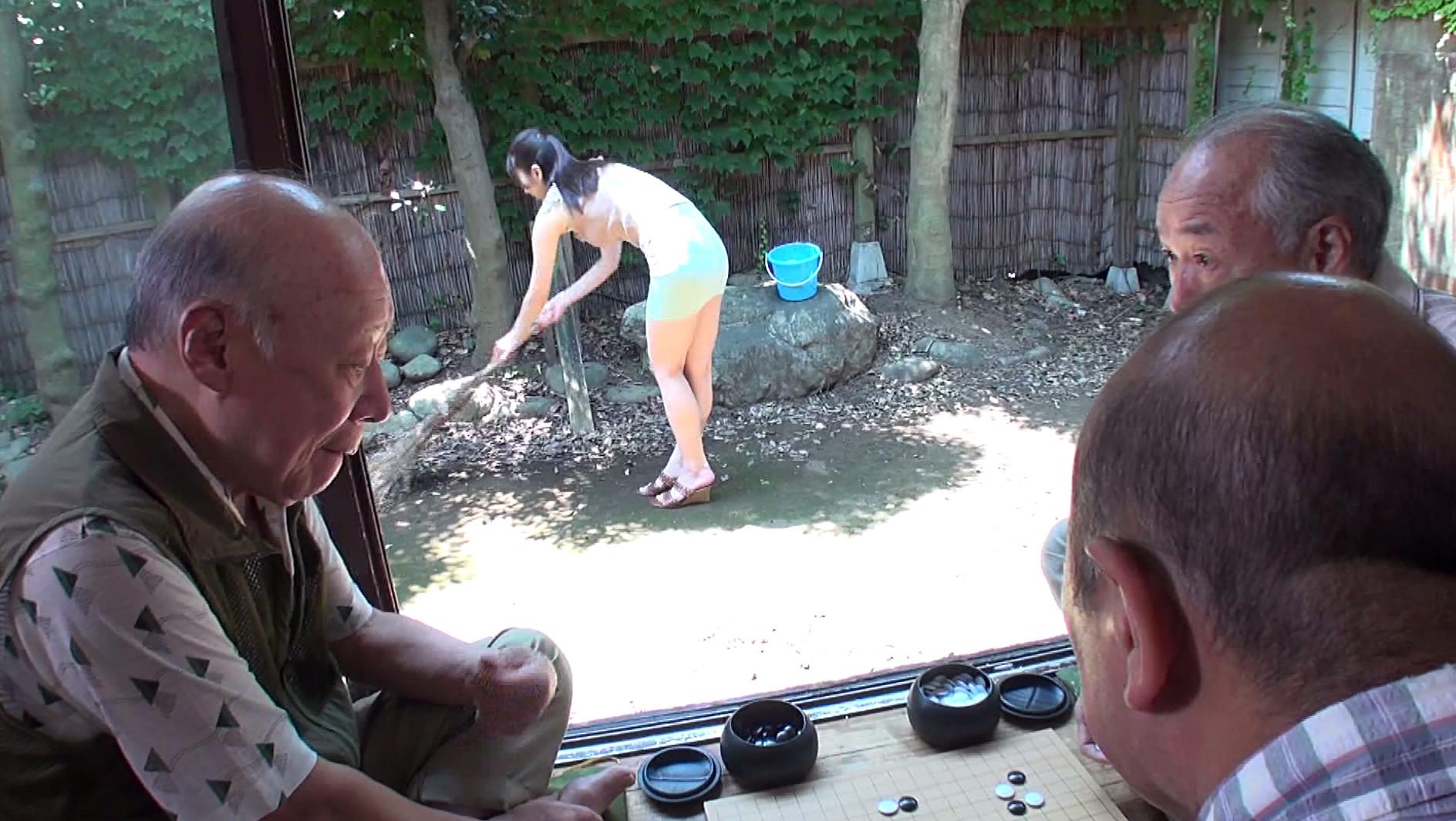 老人たちに寝取られたセックスレスの夫を持つ美巨乳スケベ嫁 有馬優羽 画像9