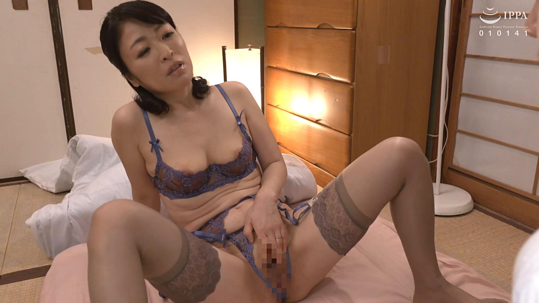 彼女の母親がエロ下着と中出しで彼氏を誘惑しはじめた 青山涼香 四十六歳 画像5