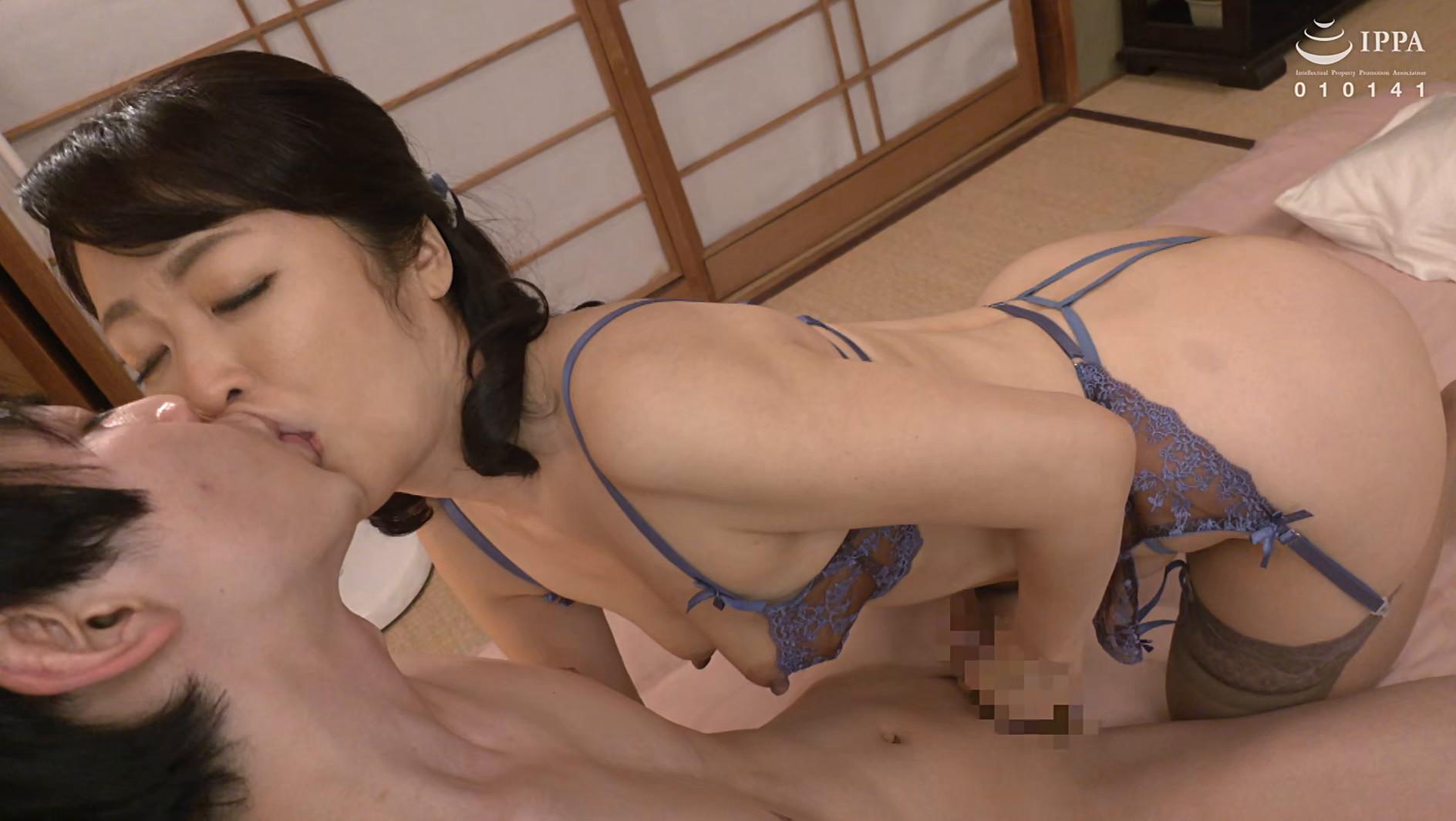彼女の母親がエロ下着と中出しで彼氏を誘惑しはじめた 青山涼香 四十六歳 画像10