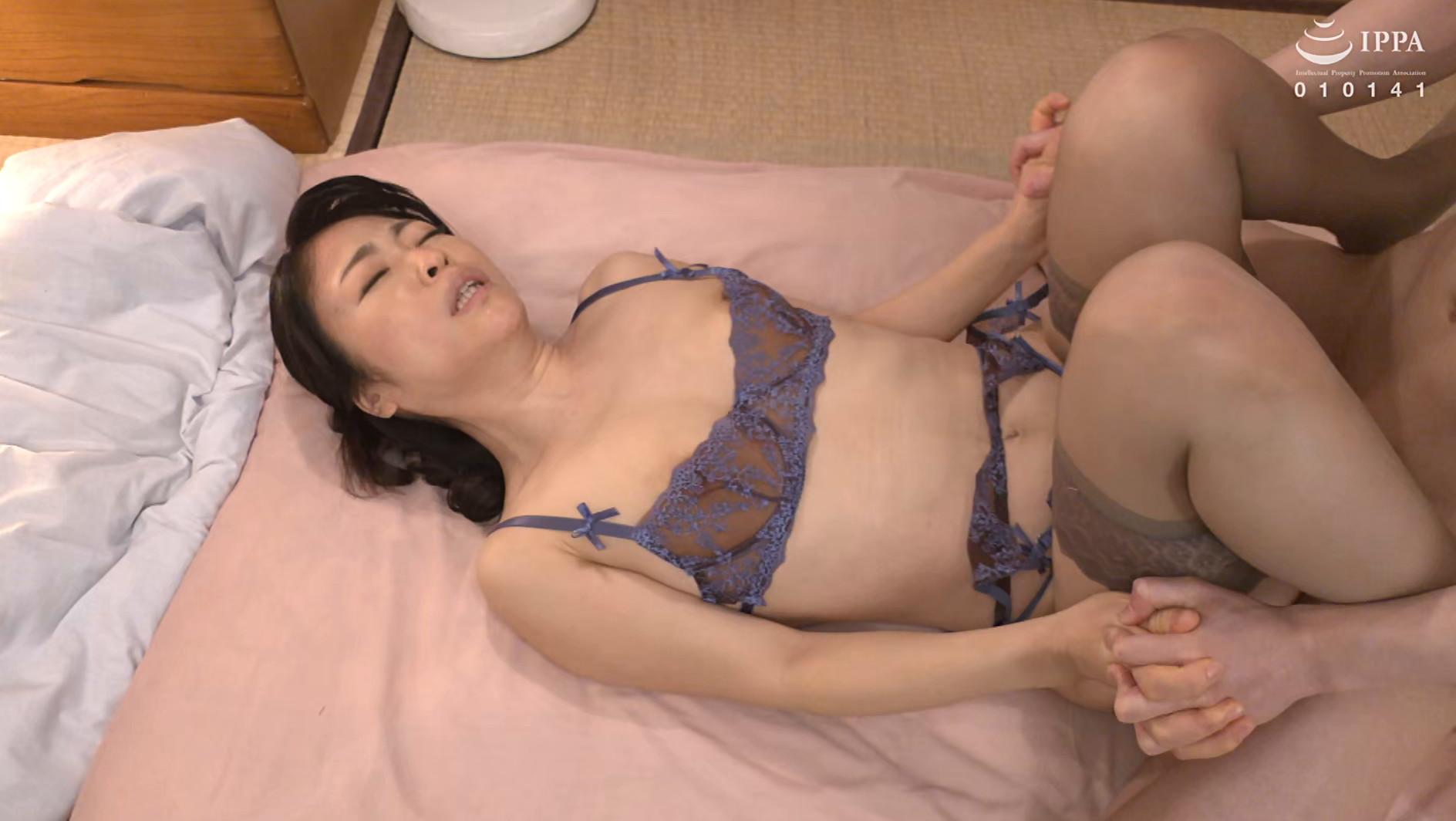 彼女の母親がエロ下着と中出しで彼氏を誘惑しはじめた 青山涼香 四十六歳 画像11