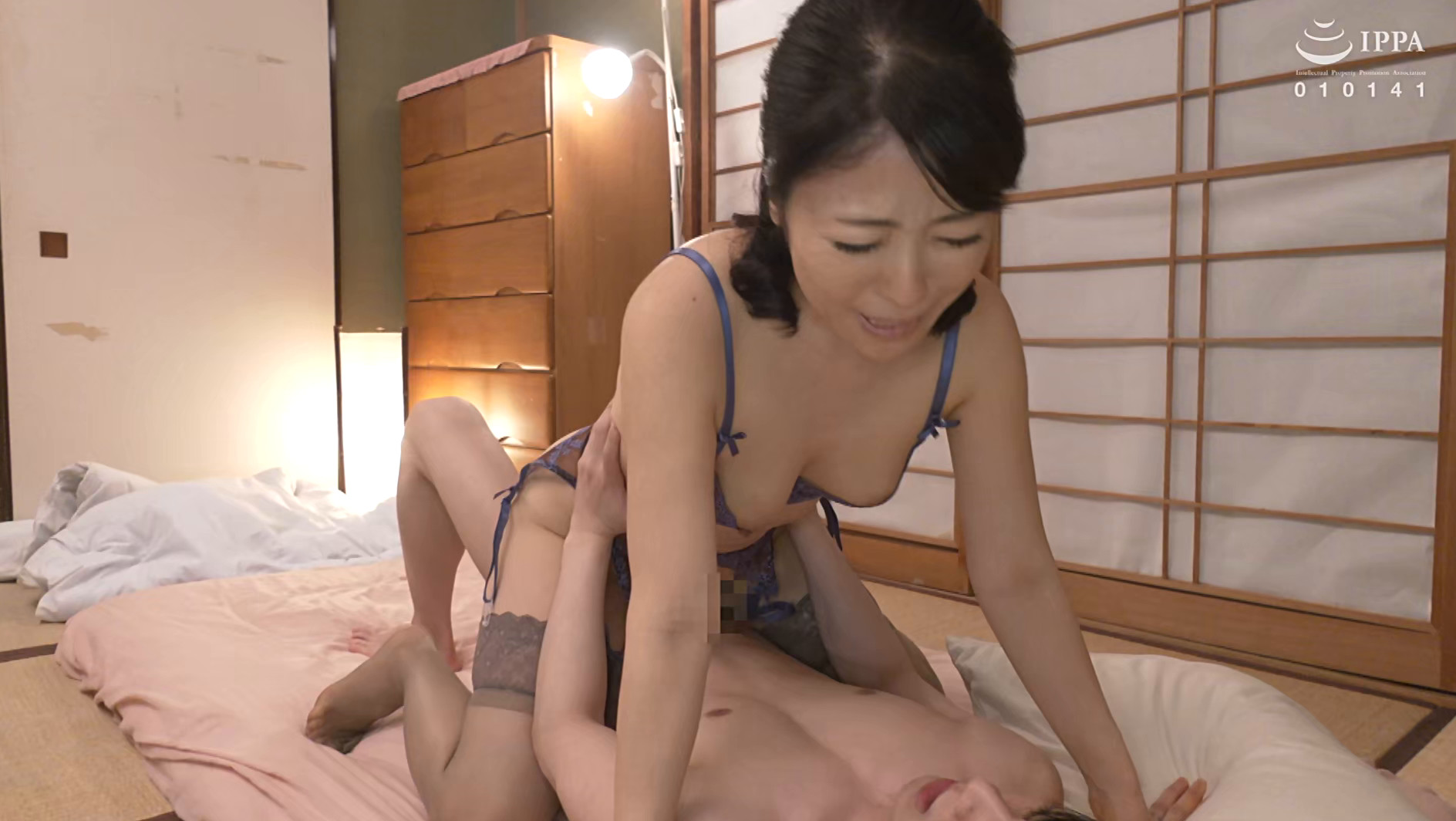 彼女の母親がエロ下着と中出しで彼氏を誘惑しはじめた 青山涼香 四十六歳 画像12