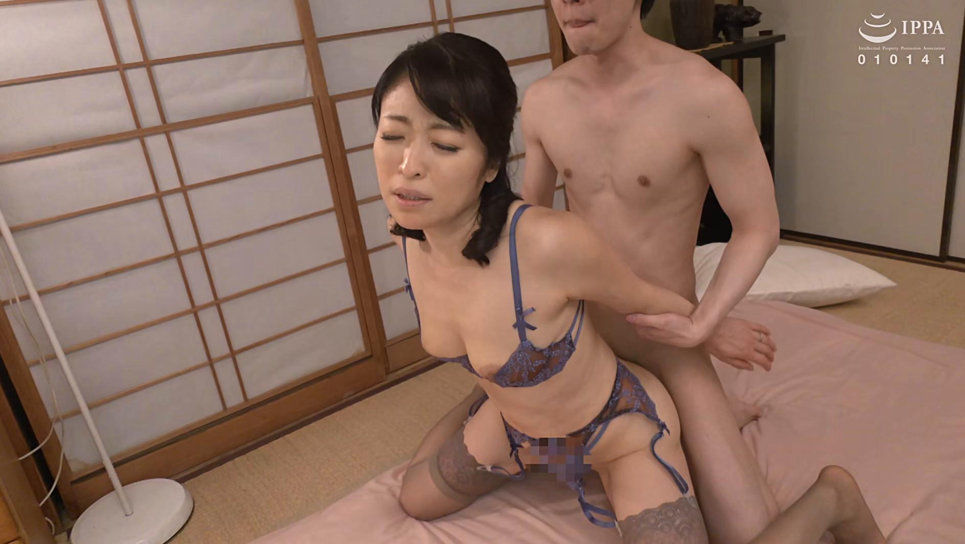 彼女の母親がエロ下着と中出しで彼氏を誘惑しはじめた 青山涼香 四十六歳 画像14