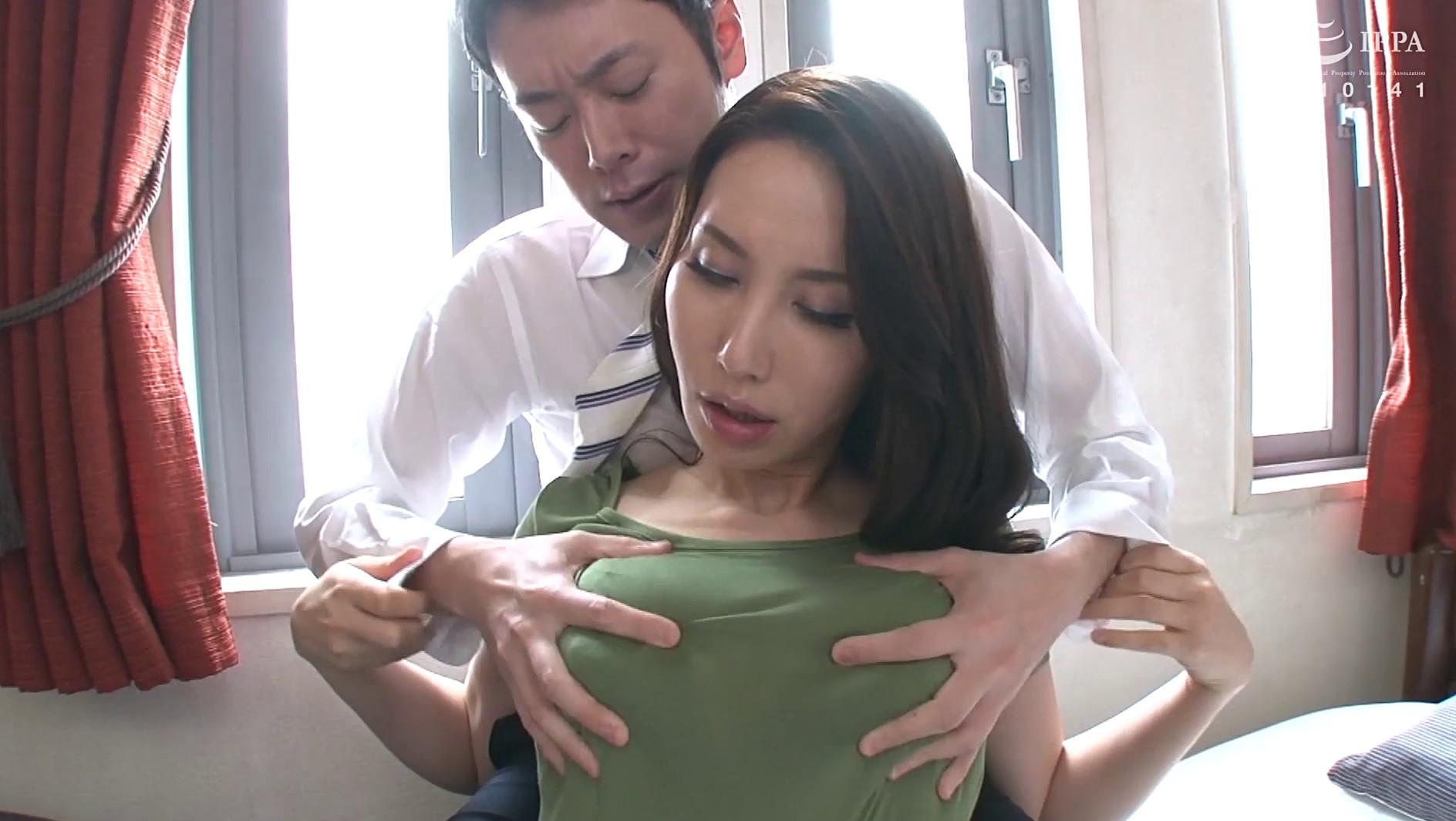 昼間からムラムラ発情!!乳首スケスケノーブラで誘惑 淫乱爆乳妻の汗だく中出し交尾 30人8時間 画像13