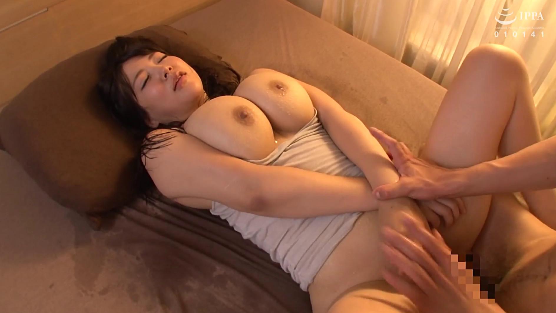 昼間からムラムラ発情!!乳首スケスケノーブラで誘惑 淫乱爆乳妻の汗だく中出し交尾 30人8時間 画像19