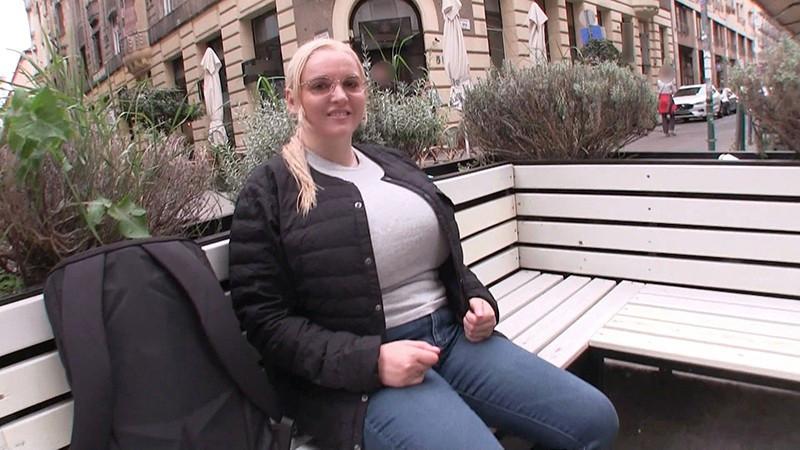 ハンガリーでナンパした爆乳ロシア人留学生を騙してホテルに連れ込むと自らの性癖を爆発させ異文化交流SEXを堪能する変態痴女と生中性交! 画像1