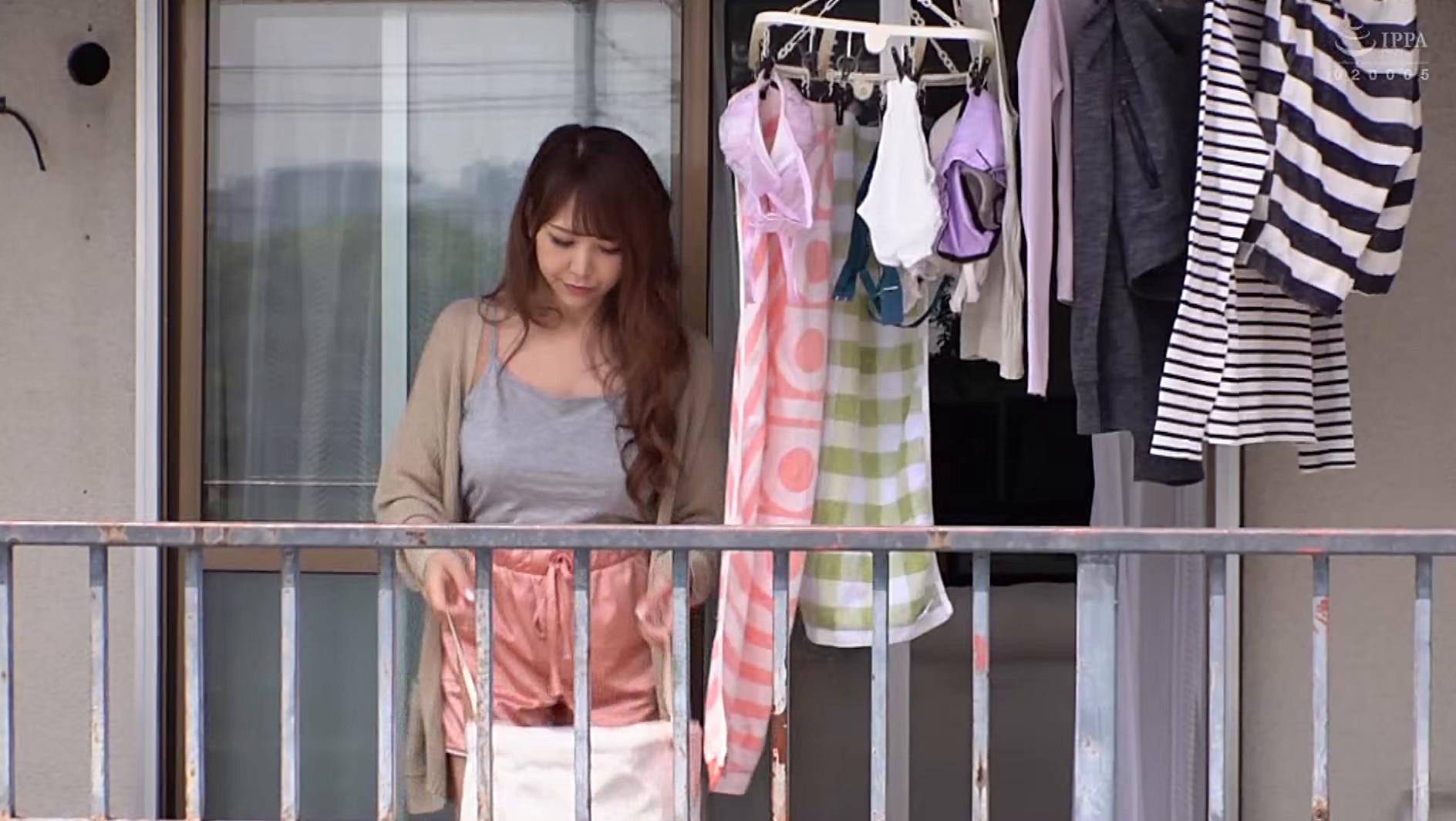 彼氏と喧嘩して部屋の外に閉め出された隣人の巨乳女の薄着姿があまりにもエロいので・・・ 画像1