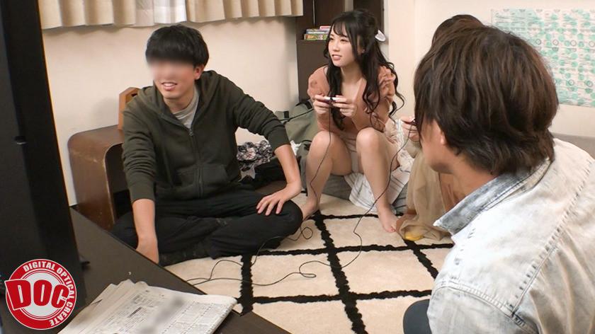 学校から近いと理由をつけてしょっちゅう遊びにくる友達とその彼女。泊まっている時の無防備な姿に興奮を抑えられず・・・ 画像1