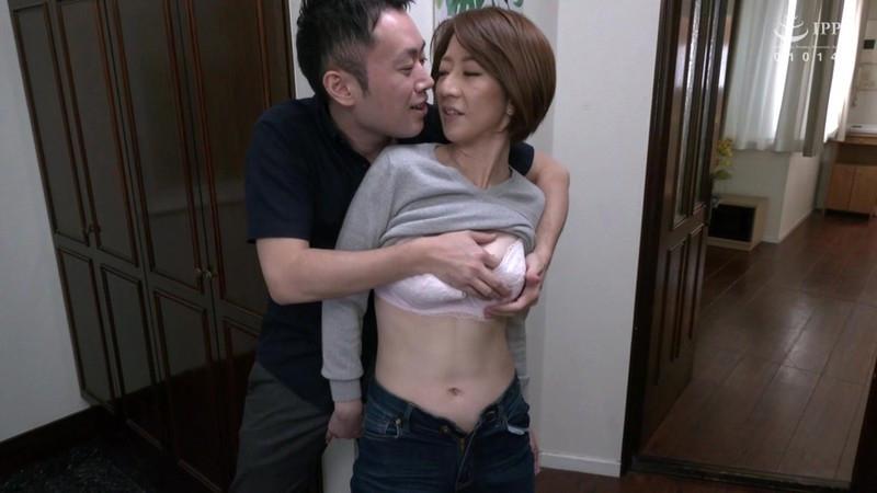 父が出かけて2秒でセックスする母と息子 岡村麻友子 画像2