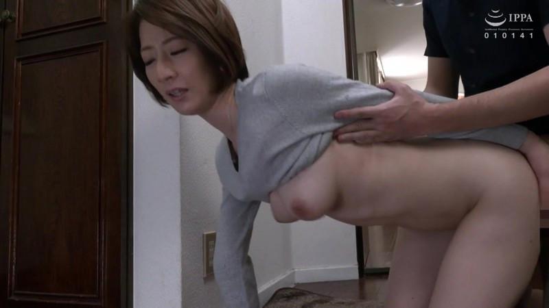 父が出かけて2秒でセックスする母と息子 岡村麻友子 画像3