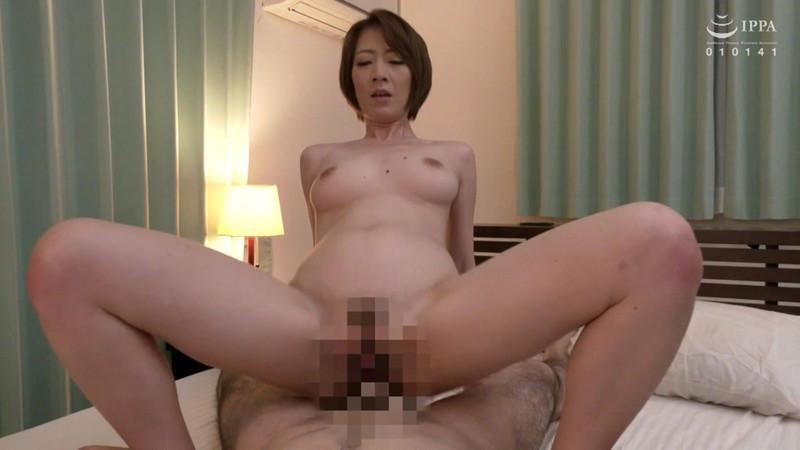 父が出かけて2秒でセックスする母と息子 岡村麻友子 画像19