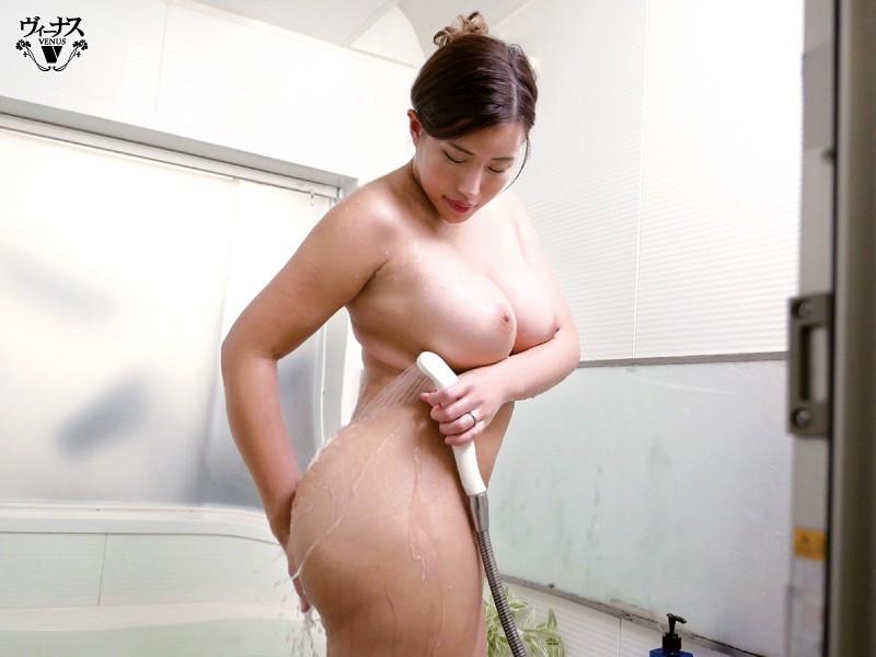 「おっぱい乗ってますけど・・・」超タイプの巨乳義母と入浴セックス 永井マリア 画像1