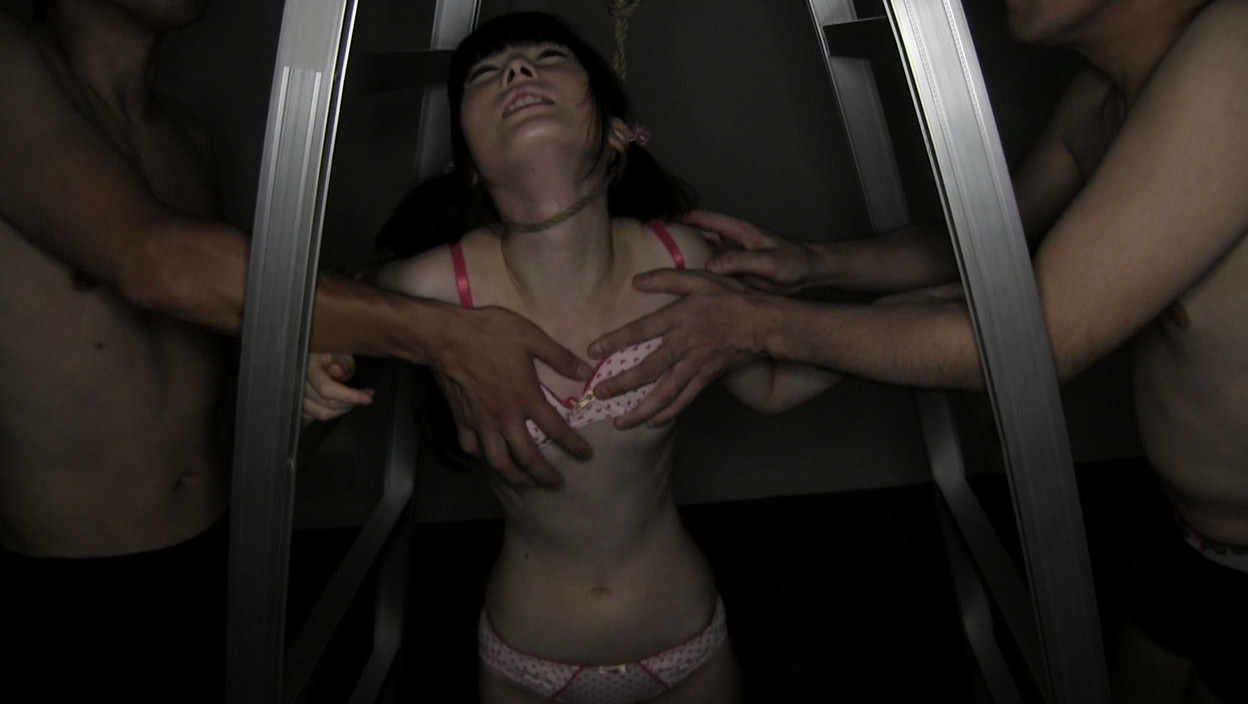 貧乳パイパン生中出し少女 琴音さら 首絞め首吊り失神悶絶SEX 画像10