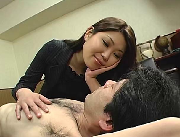 パワハラ美人上司の接吻手コキシゴき 画像1