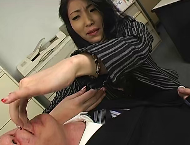 パワハラ美人上司の接吻手コキシゴき 画像6