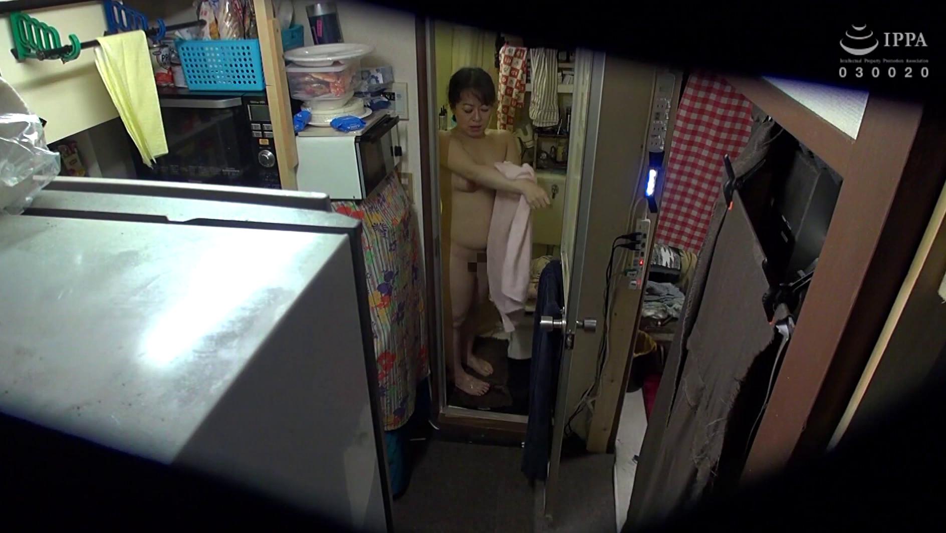 自分の部屋に泊まることになった妻の女友達「人妻華子さん(仮名)45歳」に当然のように手を出してしまうワタシ 03