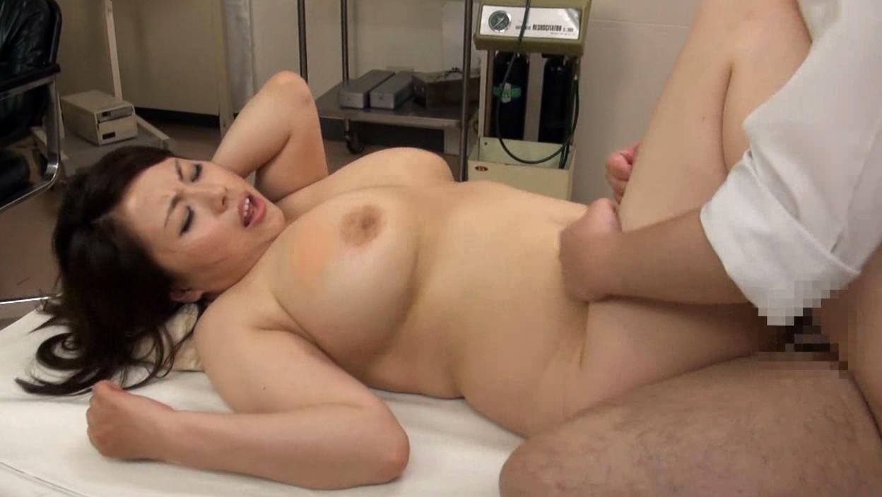 透けブラ巨乳女