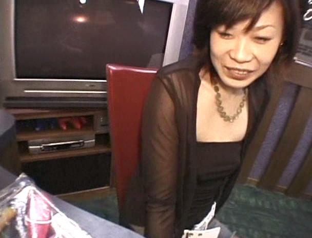 ビデオ店オーナーの生撮りマル秘映像 04 画像1