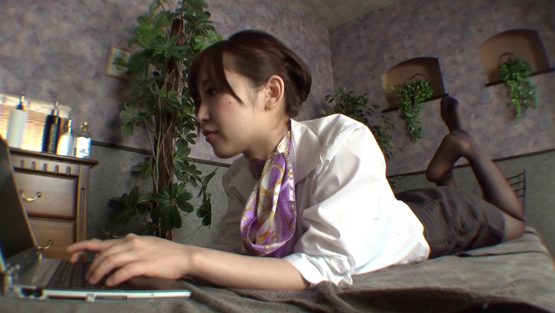 職業別パンストレディー3 ~働くお姉さんのパンストの匂い~ 仕事でムレムレのパンストで誘惑してくるお姉さんにそそられフル勃起する僕。オマ○コの匂いがするパンティストッキングの感触に思わず発射しちゃいました! 篠田ゆう 画像20