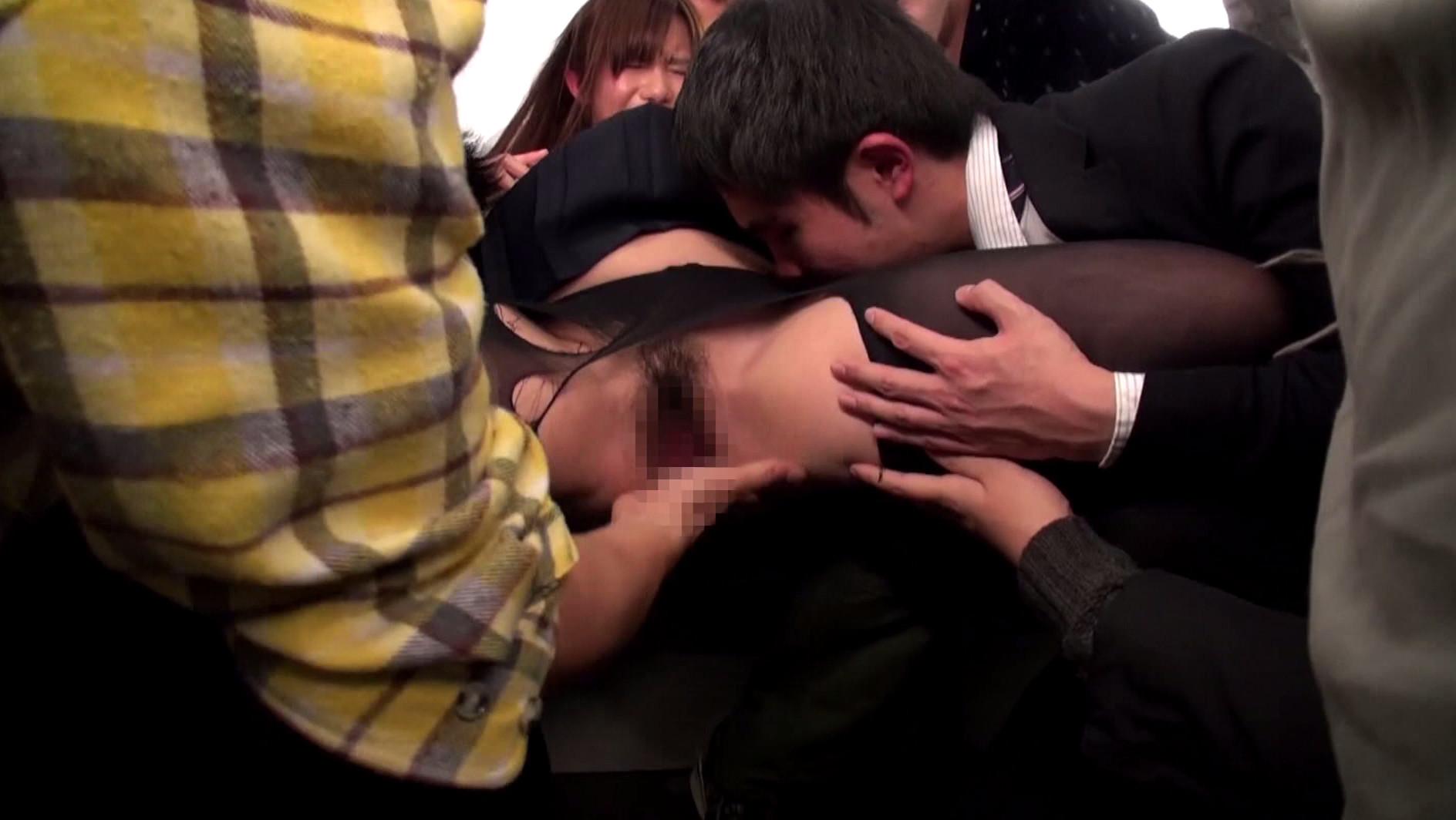 ストッキング女にターゲットを絞り集団バス痴漢!恐怖と快楽の境を失った女は幾度もイキまくり、ただの肉便器と化す! 画像8
