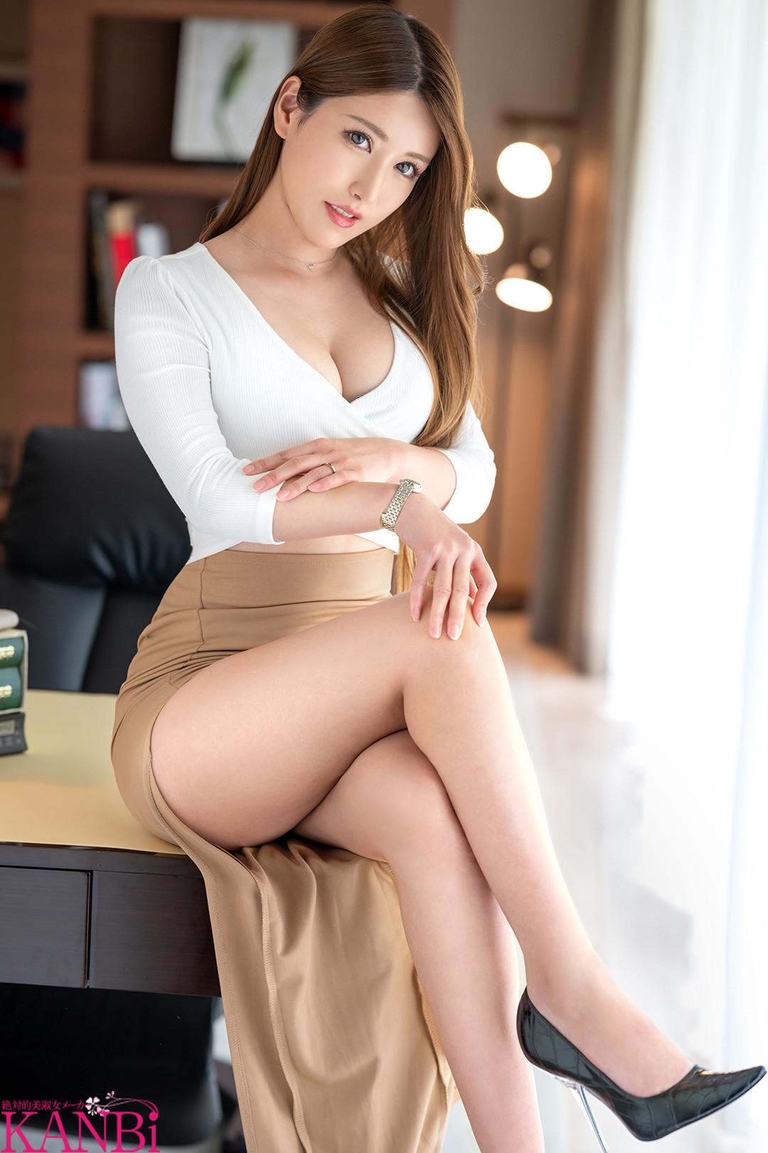「私、絶対に脱ぎたくありません・・・!だけど激しく犯されたい・・・」上司を手淫で手懐ける焦らし上手な美人妻 弁護士秘書の人妻 神楽美来 30歳 AVデビュー!! 画像1
