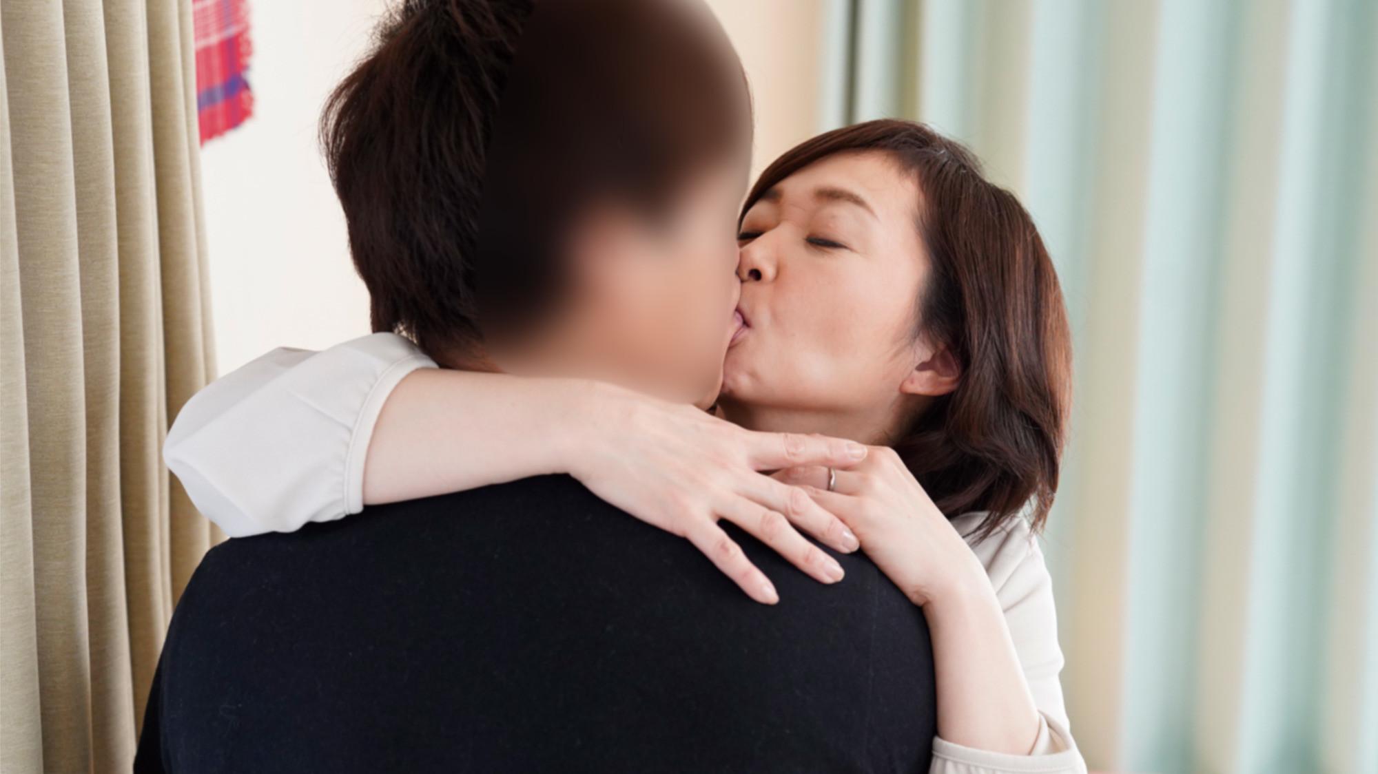 夢にまで見た近親相姦・・・息子が欲しかった五十路妻の願望を叶える年の差種付けセックス!