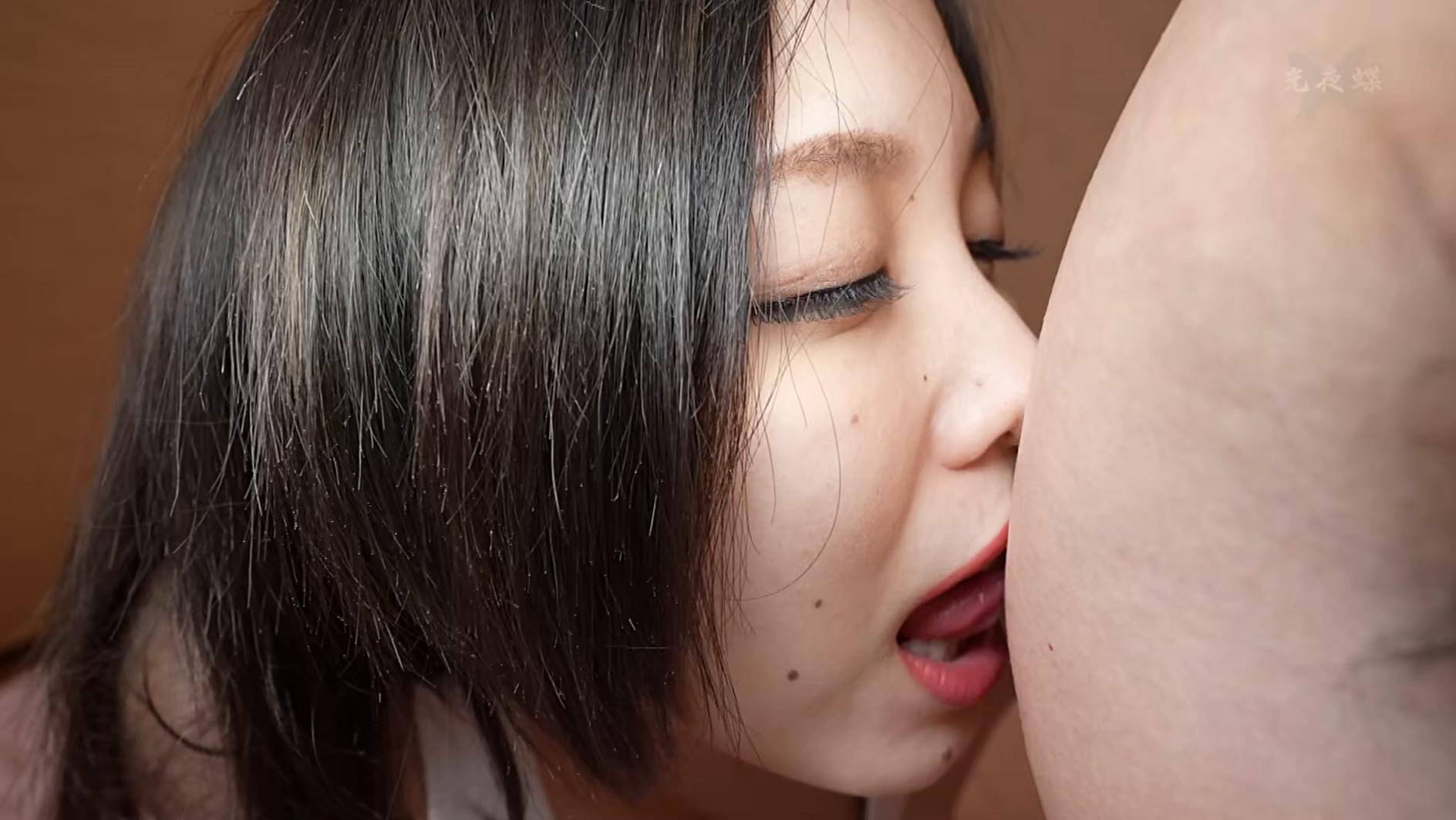 隣の田中さんが何故か僕の家に来てずっーーと乳首を弄り回してくるんです(汗) 田中ねね