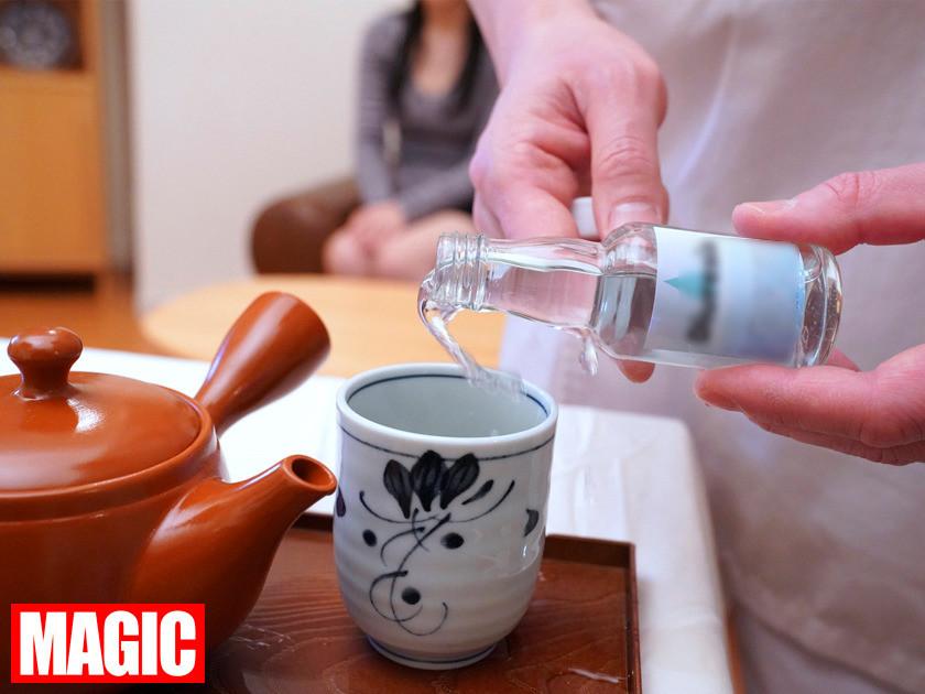 利尿剤入りのお茶を飲まされた女性客が催す尿意に耐えられず着衣お漏らし!!強制失禁マッサージ 画像1