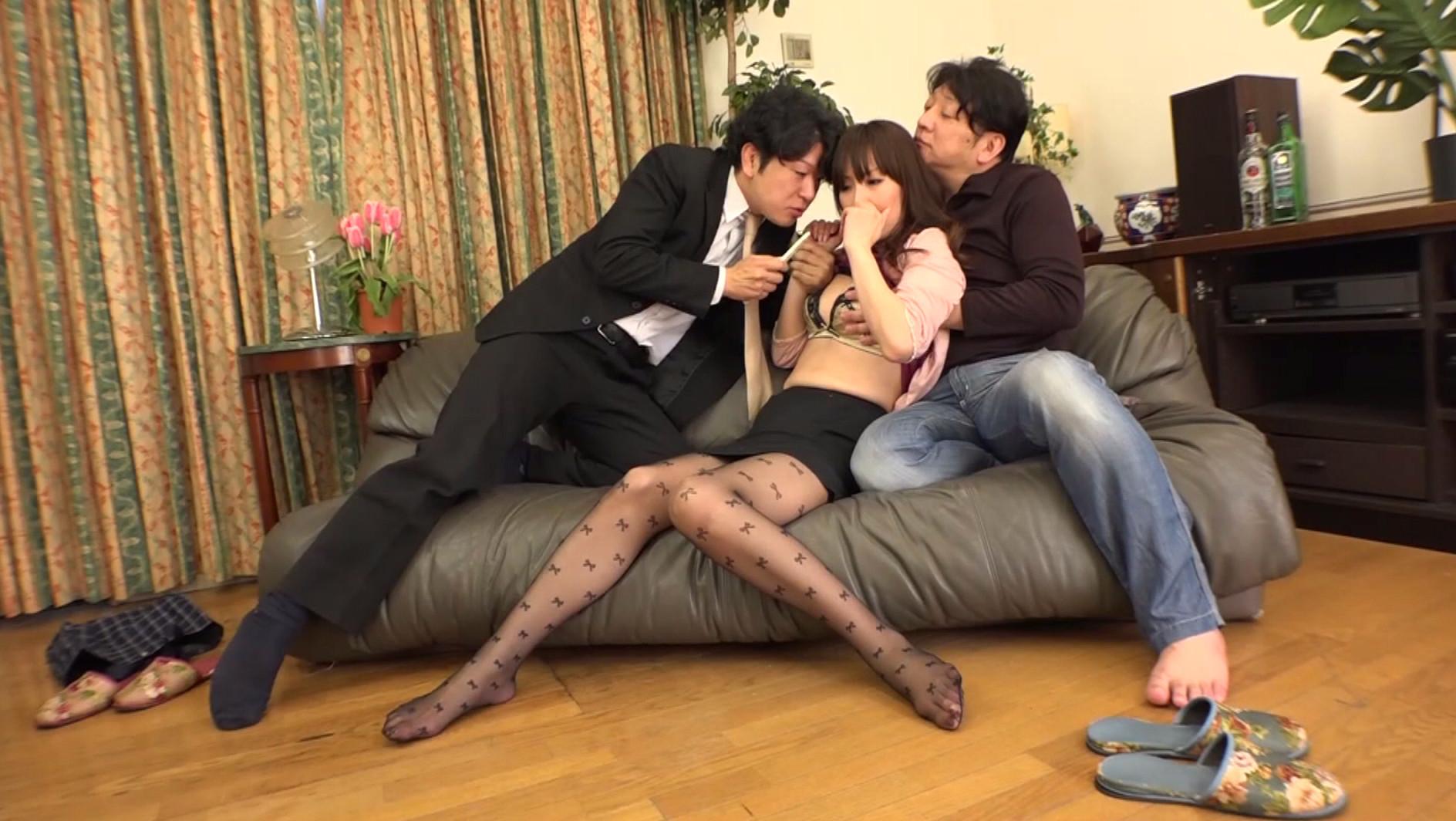 「私の妻を犯して下さい!」旦那に他人チ○ポを強要された!オマ○コから溢れるほど精子が出るくらい3P中出しされた羞恥夫人 画像2