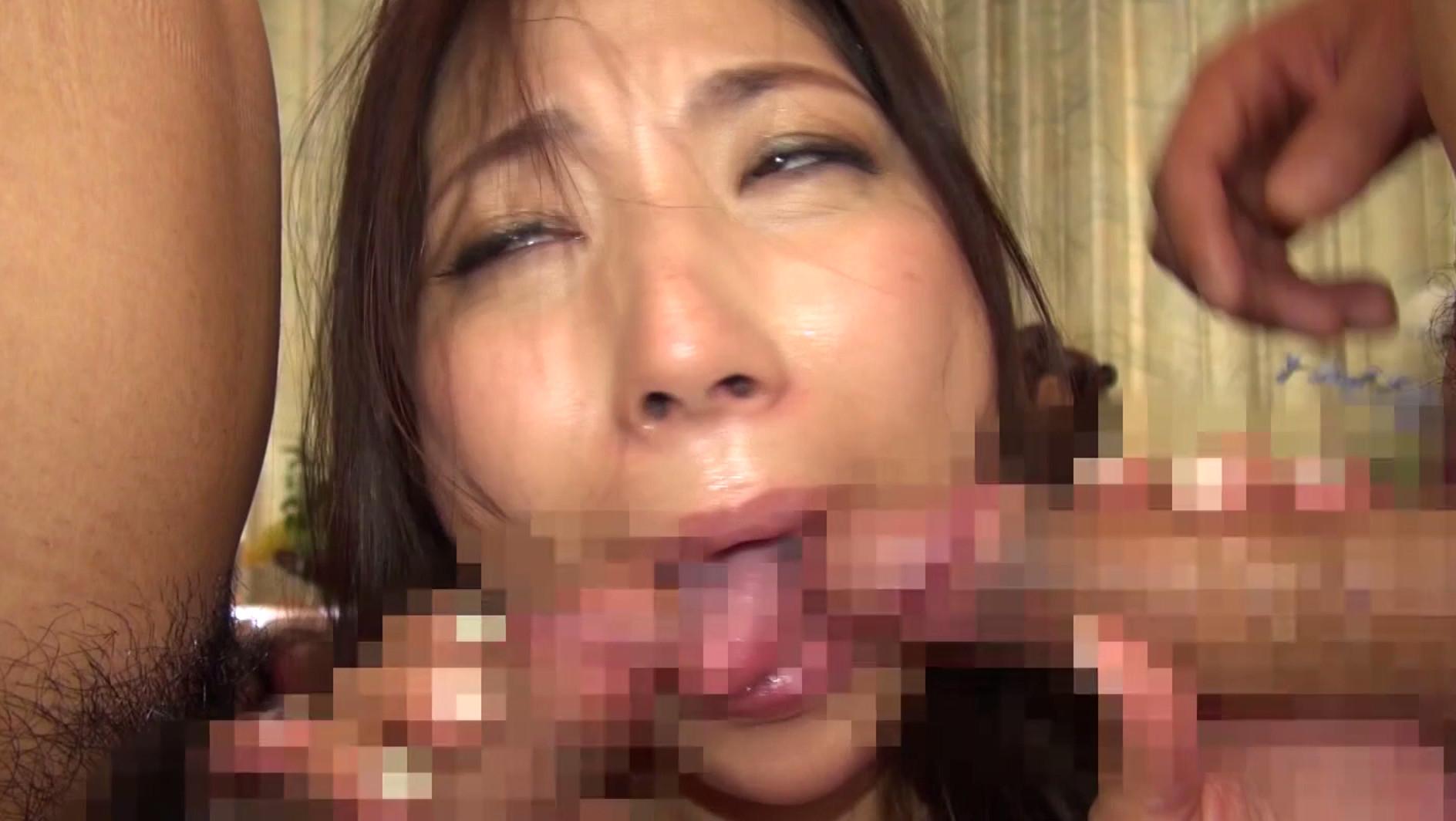 「私の妻を犯して下さい!」旦那に他人チ○ポを強要された!オマ○コから溢れるほど精子が出るくらい3P中出しされた羞恥夫人 画像13