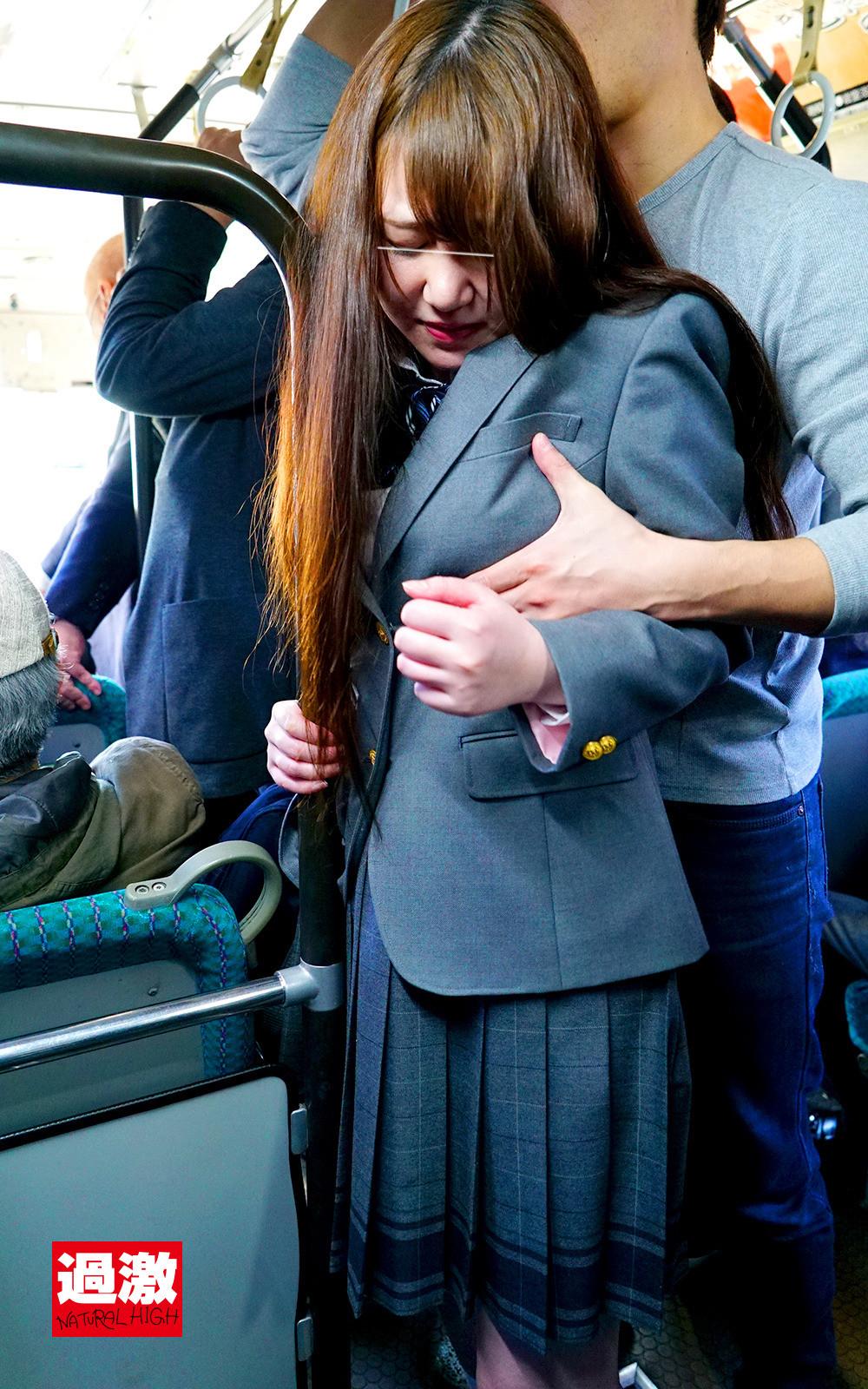 満員バスで背後から制服越しにねっとり乳揉み痴漢され腰をクネらせ感じまくる巨乳女子○生 10 画像6