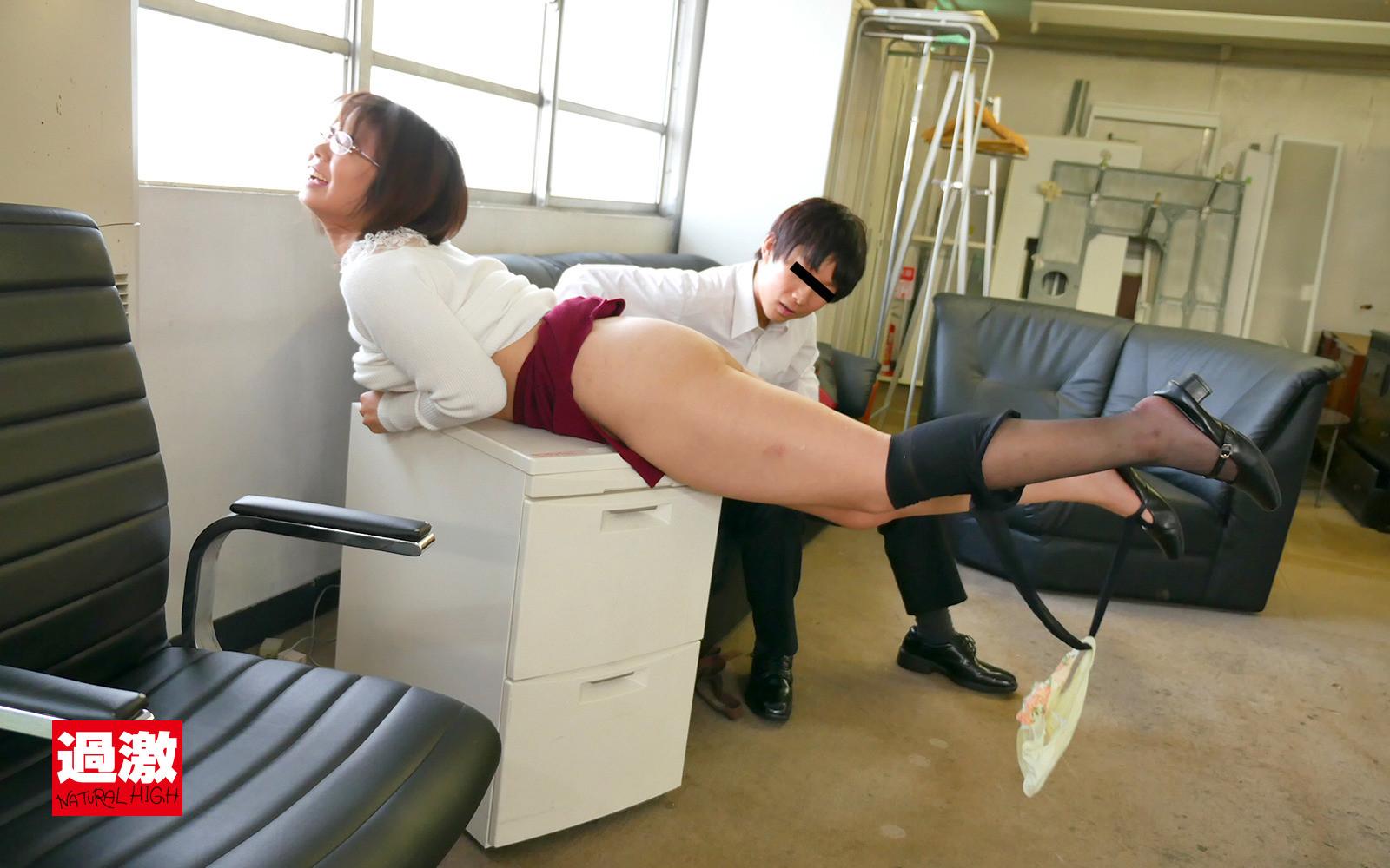 媚薬が効きすぎて職場アクメ! 4 オナニーを我慢できずガニ股でイキ漏らすガクブル女教師 画像11