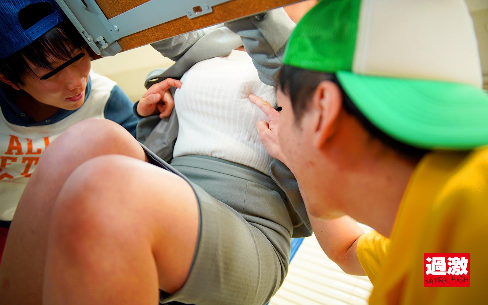 上司の息子の悪ガキ2人に両乳首をデスクの下で舐め上げられ仕事中にイカされる巨乳OL 画像3