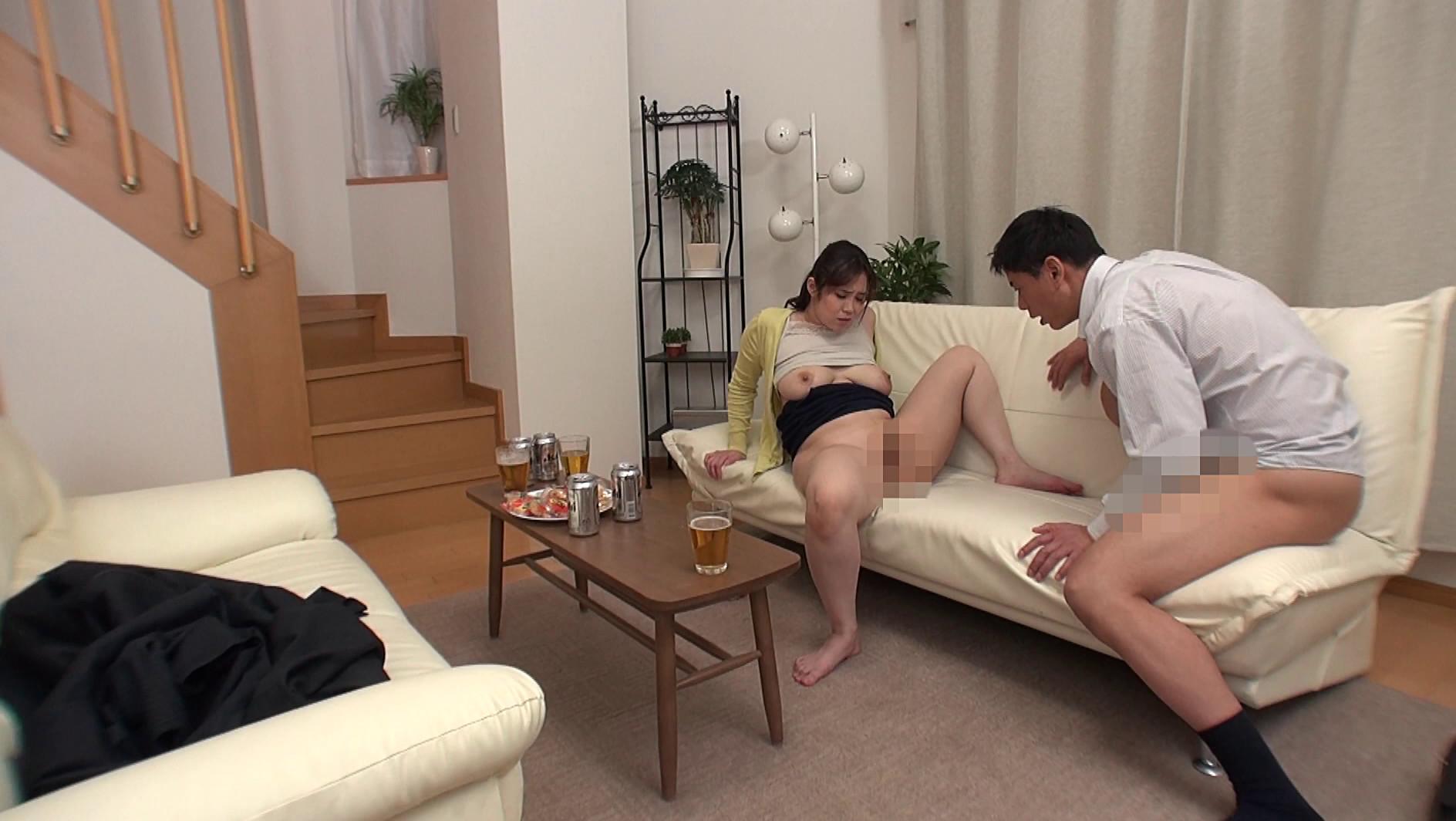 寝ている夫の隣で寝取られスリルを楽しむ不埒な奥さん7人 画像10