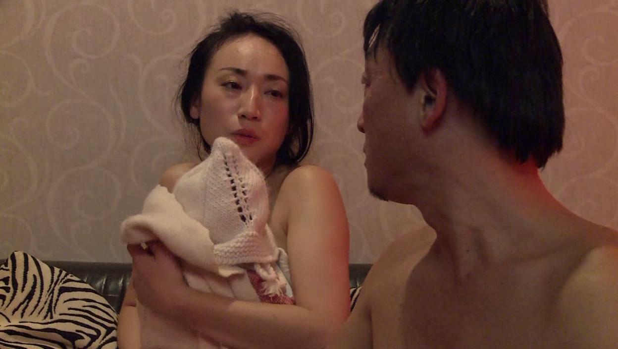 背徳の子持ち妻 母乳とストッキング 画像20